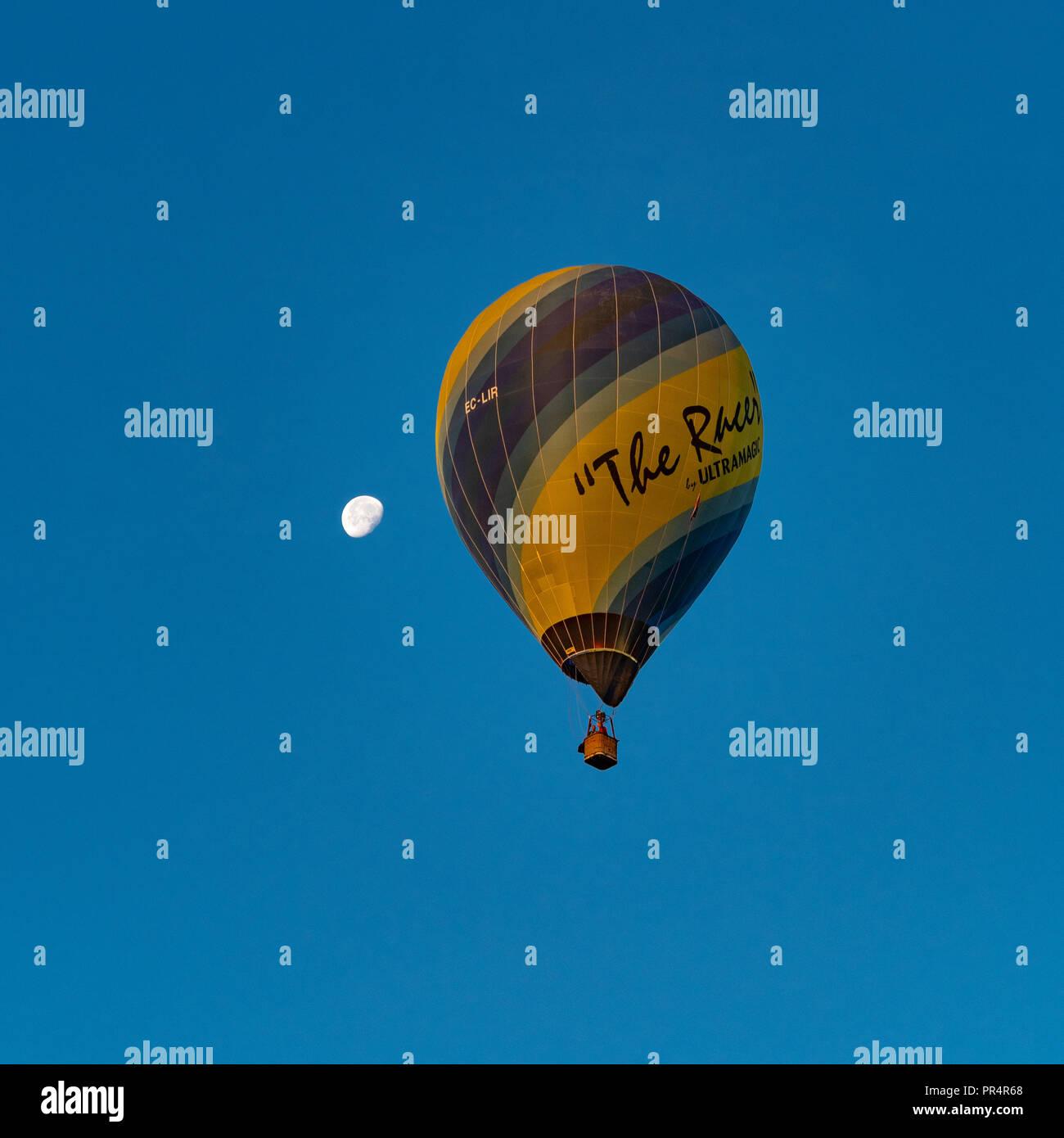 York, Regno Unito. Il 29 settembre 2018. Un palloncino di massa di lancio è avvenuto presso sunrise da York Knavesmire come parte della seconda annuale di York Balloon Fiesta. Una cinquantina di palloncini ha preso i cieli guardati da centinaia di spettatori. Il lancio è parte di una tre giorni di manifestazione che corre fino a domenica 30 settembre. Foto Fotografia Bailey-Cooper/Alamy Live News Immagini Stock
