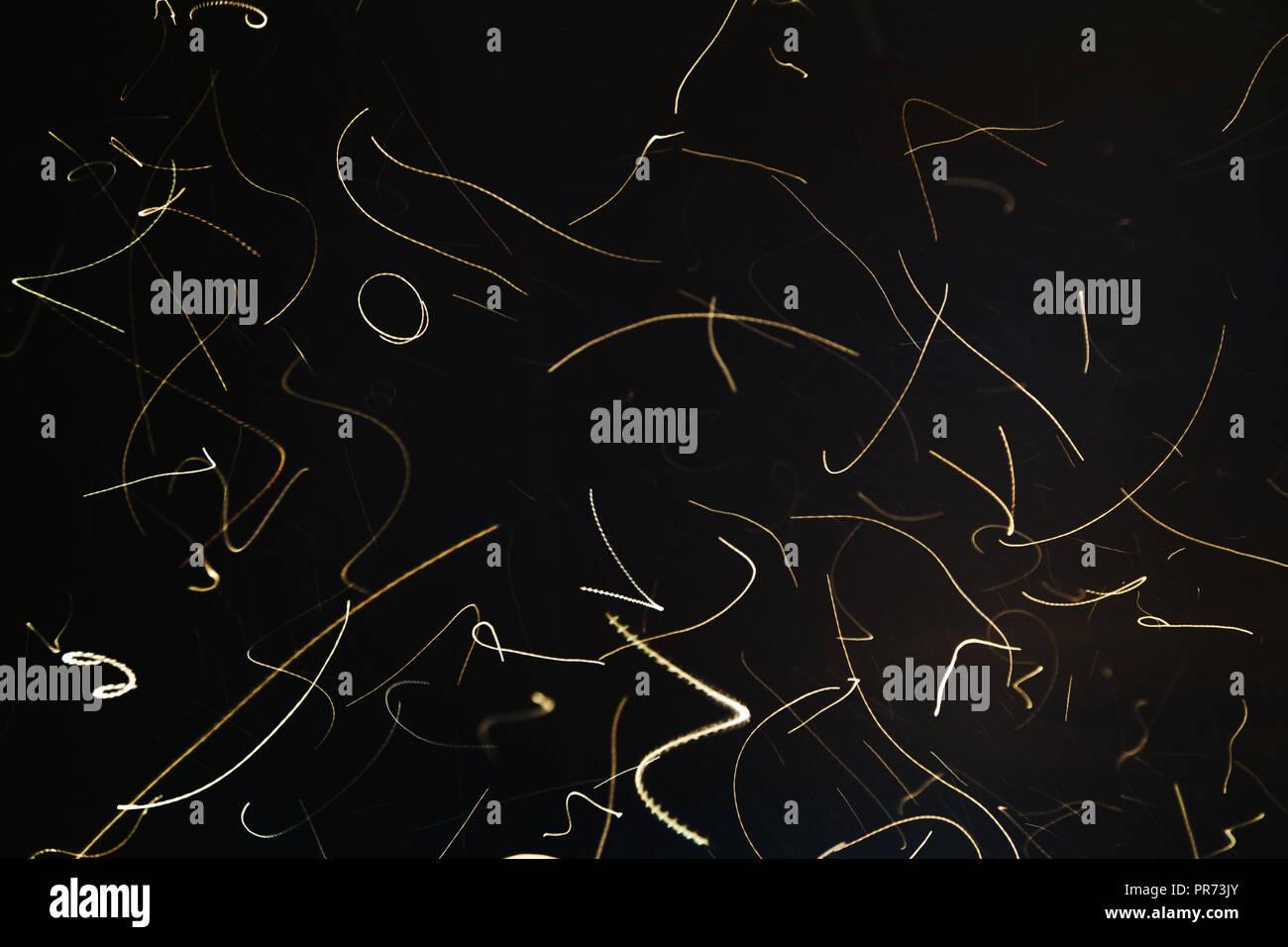 Una lunga esposizione immagine di falene volando verso una sorgente di luce Immagini Stock