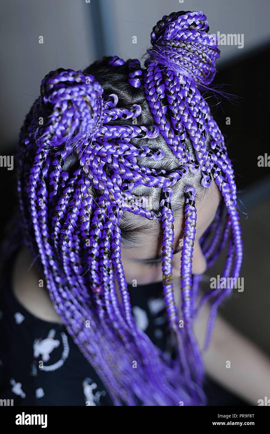 Trecce viola sulla testa della ragazza, capelli colorati, gioventù  pettinatura close,up, spesse trecce boxer