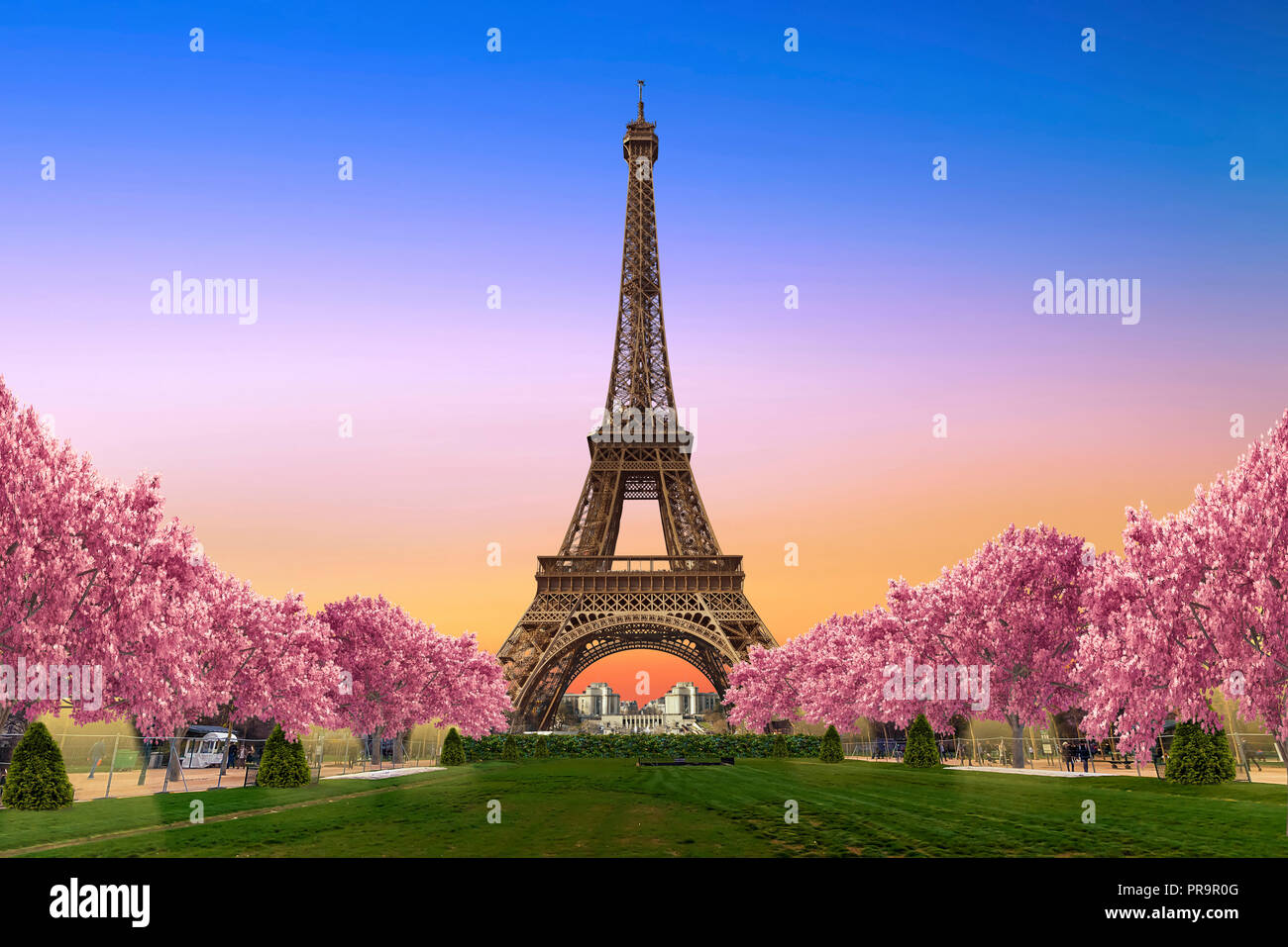 Torre Eiffel dai campi di Marte al tramonto Immagini Stock