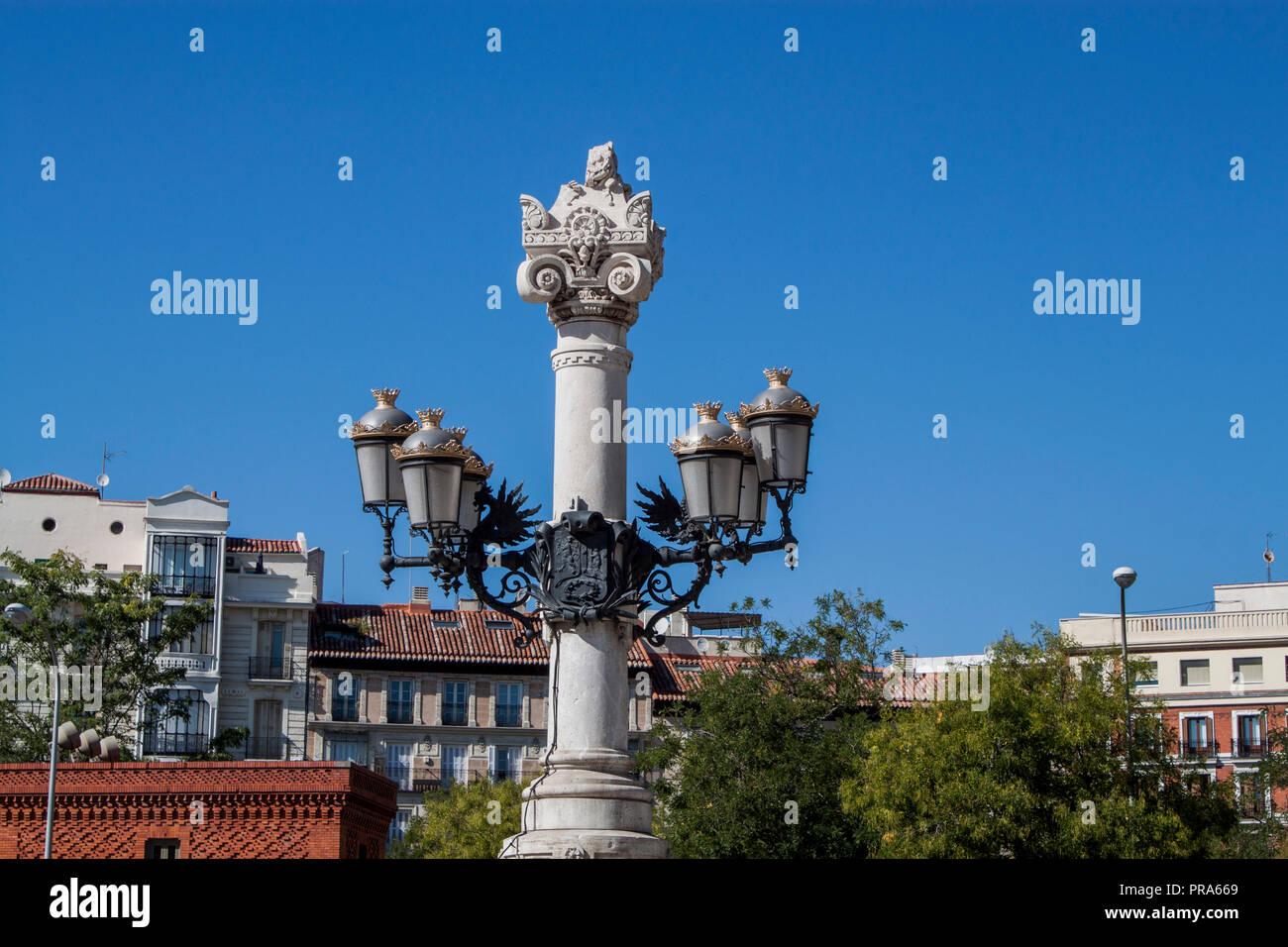 Vecchia strada lampada del Parco del Buen Retiro (Parque del Buen Retiro) nel centro di Madrid, Spagna, Europa. Foto Stock