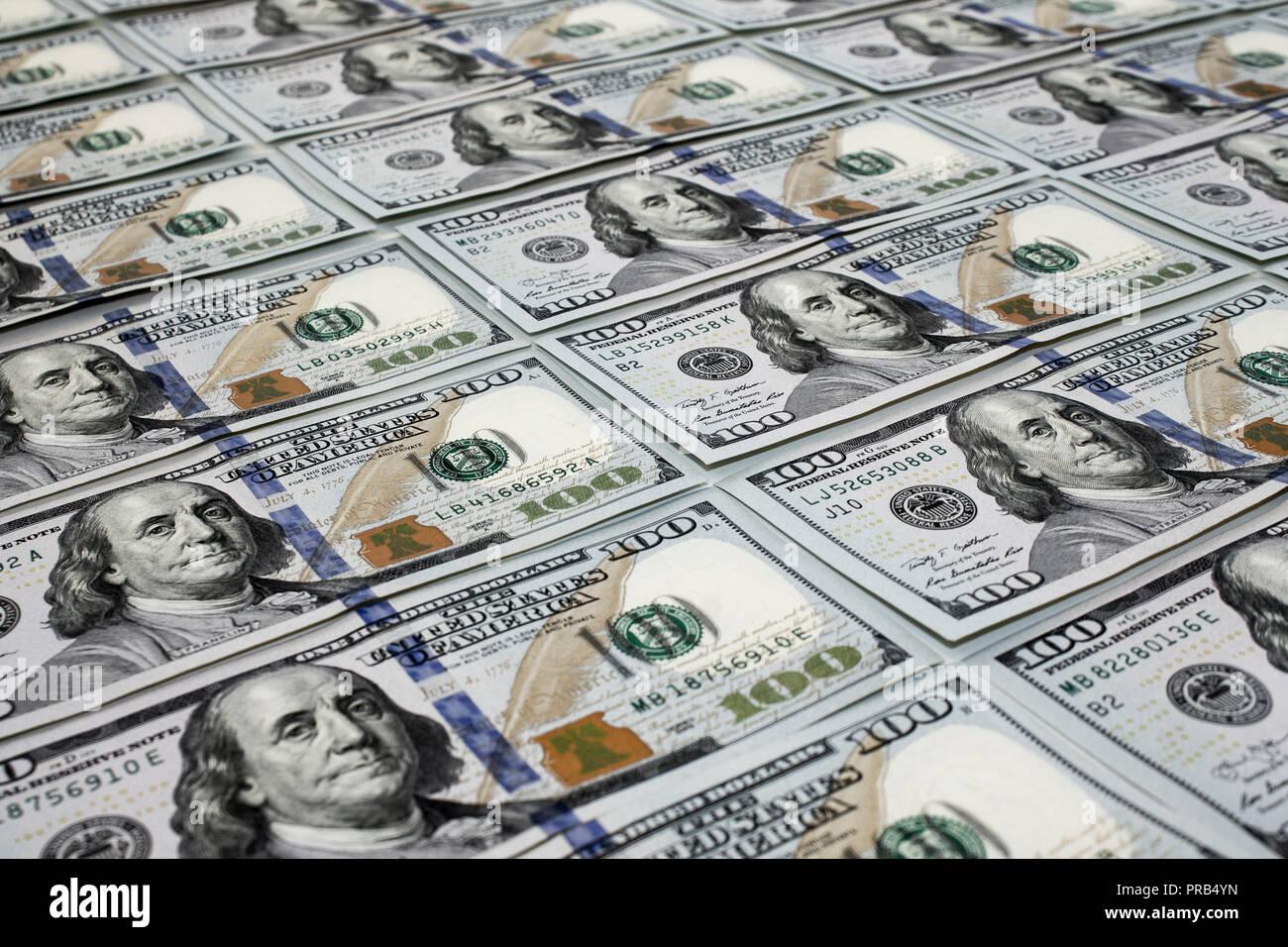Sparse in un centinaio di banconote dollas close up sullo sfondo Immagini Stock
