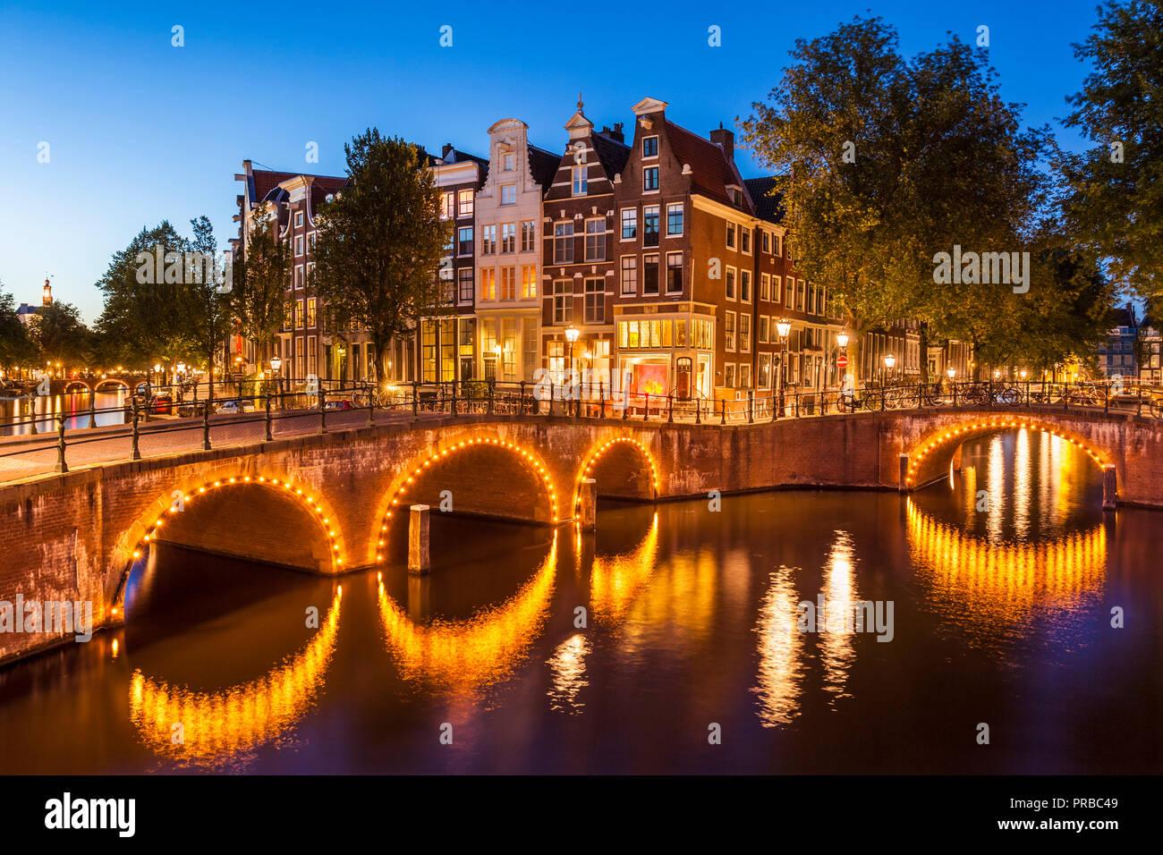 Amsterdam canal illuminato ponti sul canale Keizersgracht e Leidsegracht canal canali di Amsterdam Olanda Paesi Bassi EU Europe Foto Stock
