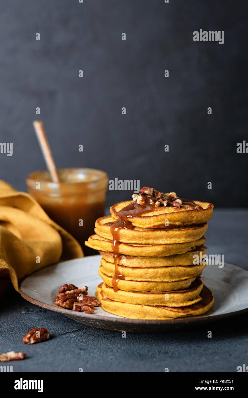 Frittelle di zucca con salsa di caramello. La Giornata del ringraziamento prima colazione. Tasty American Frittelle di zucca Immagini Stock
