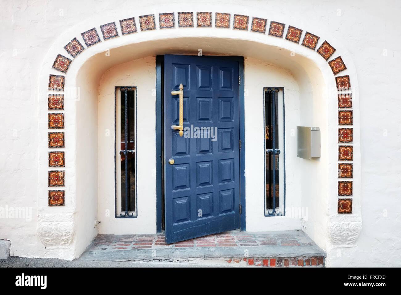 Aperto a metà blu porta in legno piastrelle decorative finestre