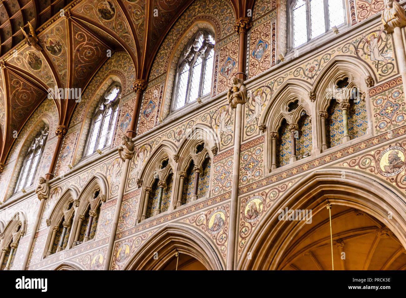 Ornato di piastrelle a mosaico con foglia oro sulle pareti e sul