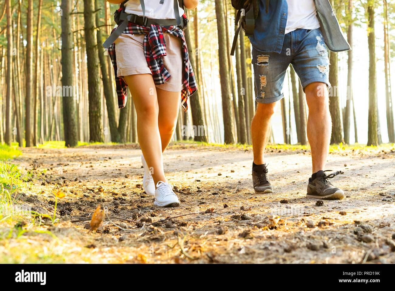 Percorso difficile. Bella coppia Giovane escursionismo insieme nei boschi mentre godendo il loro viaggio. Foto Stock
