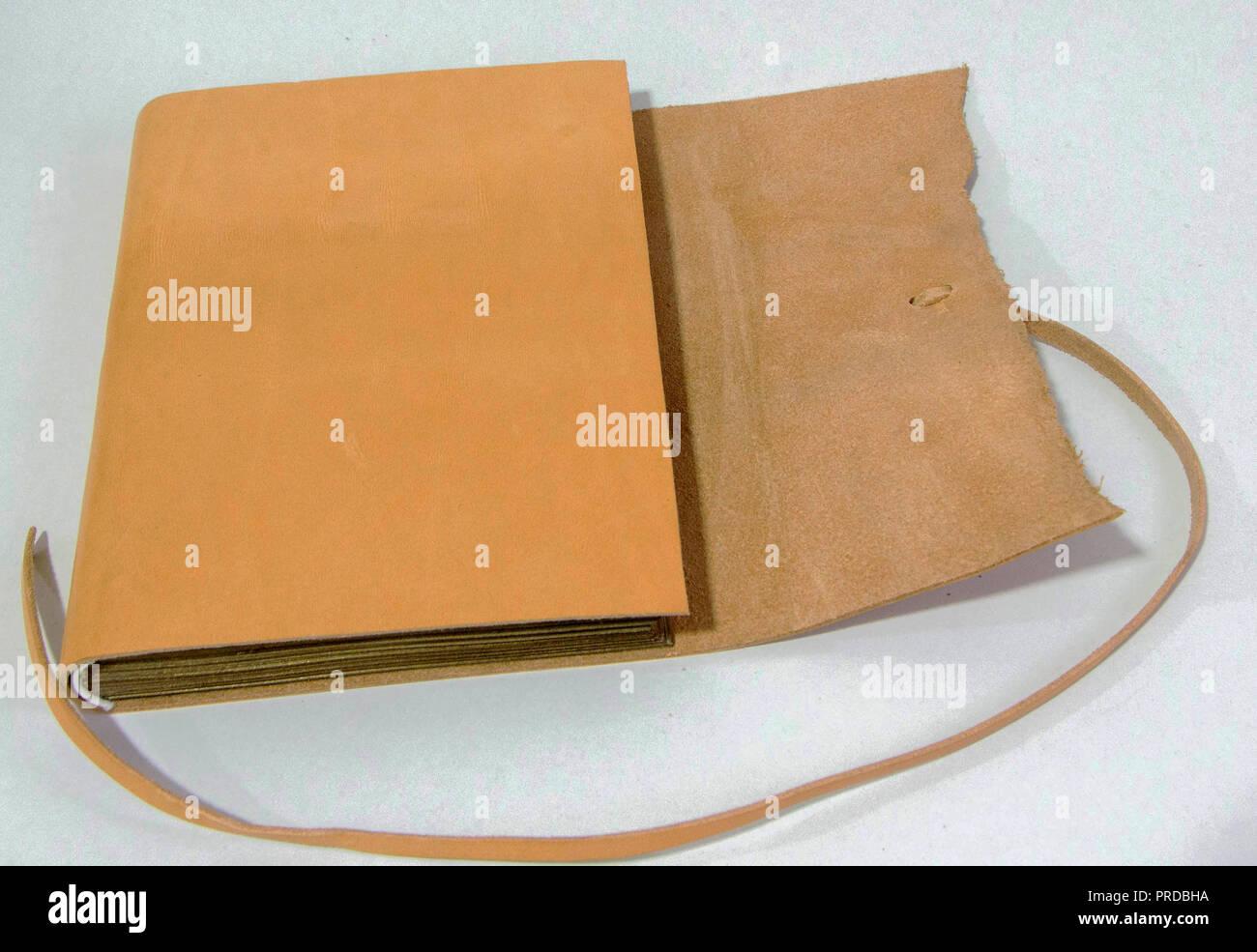 La rivista è realizzata in pelle italiana. La benna è stato realizzato in  corno di cervo. 2741607497d