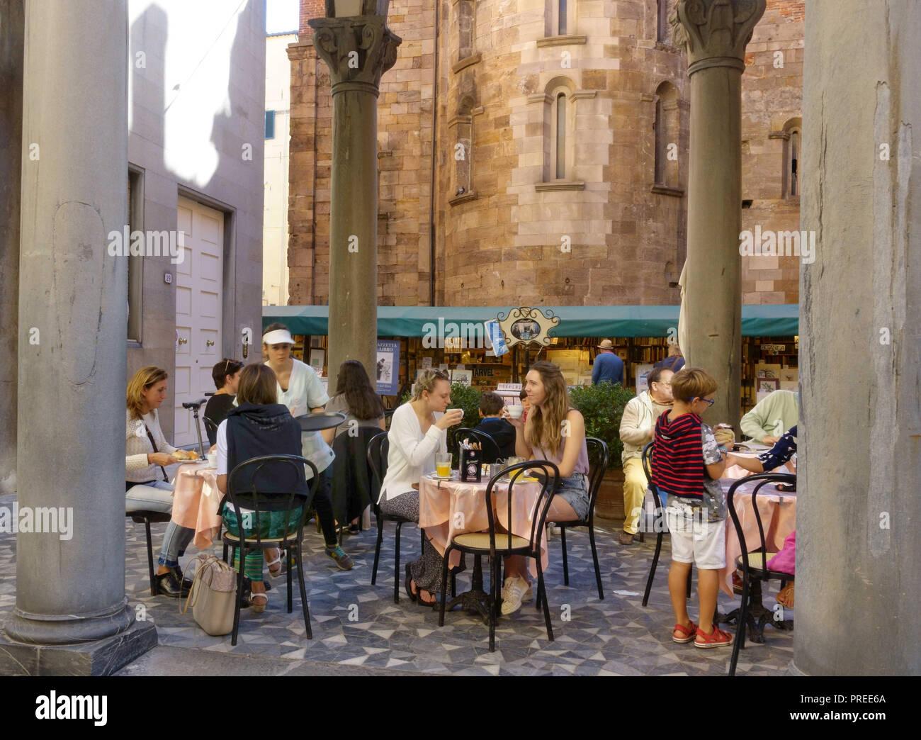 LUCCA,ITALIA-settembre 29,2018: Outdoor Cafe a piazzette del Libro; mercato del libro a Lucca Immagini Stock