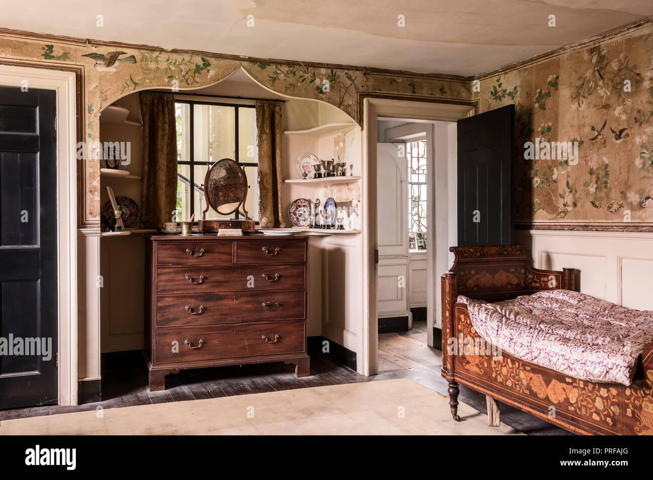 Elaborare mobili intarsiati e intagliati in letto in mogano con carta da parati cinese Immagini Stock