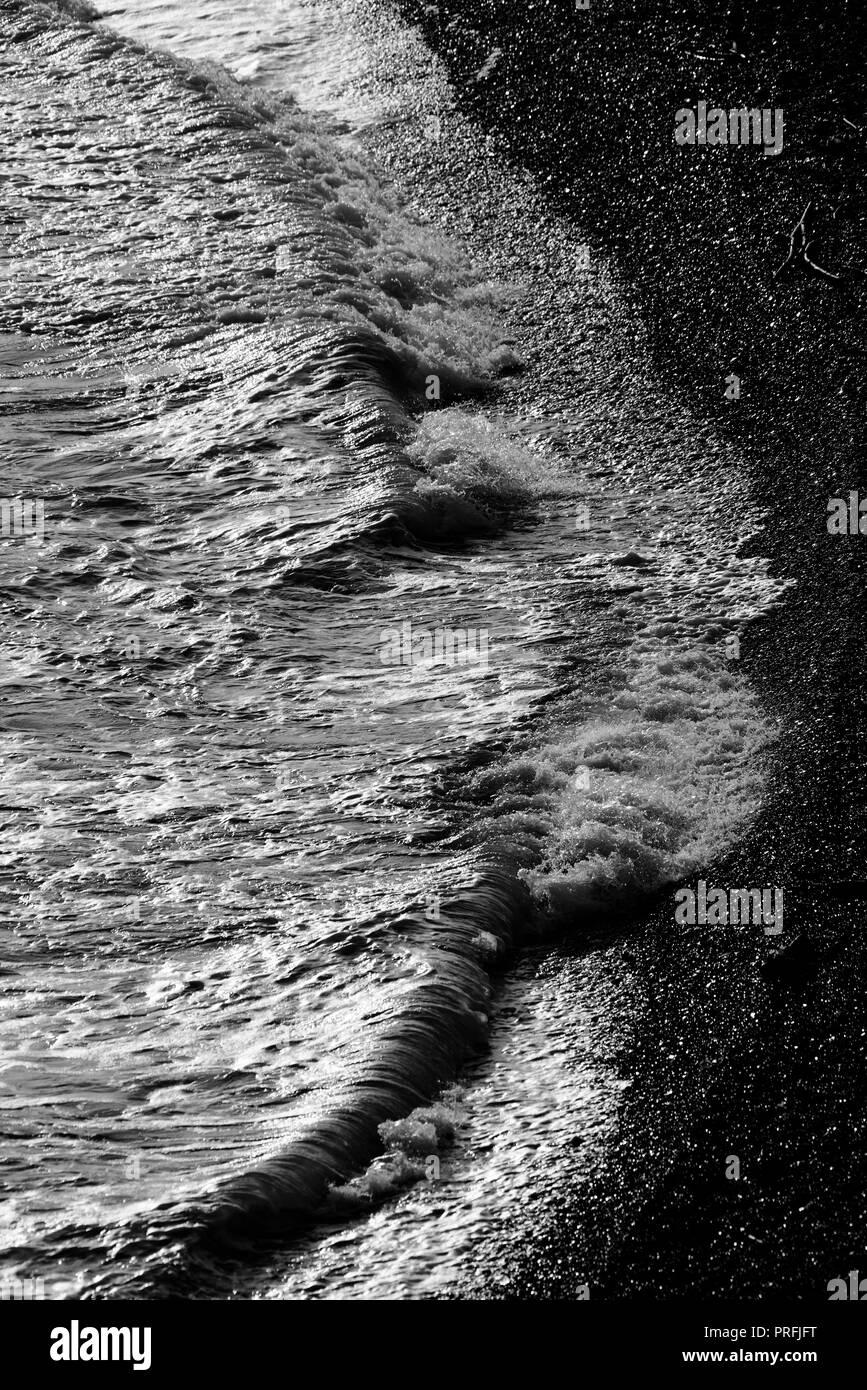 Le onde del mare si infrangono sulla riva Immagini Stock
