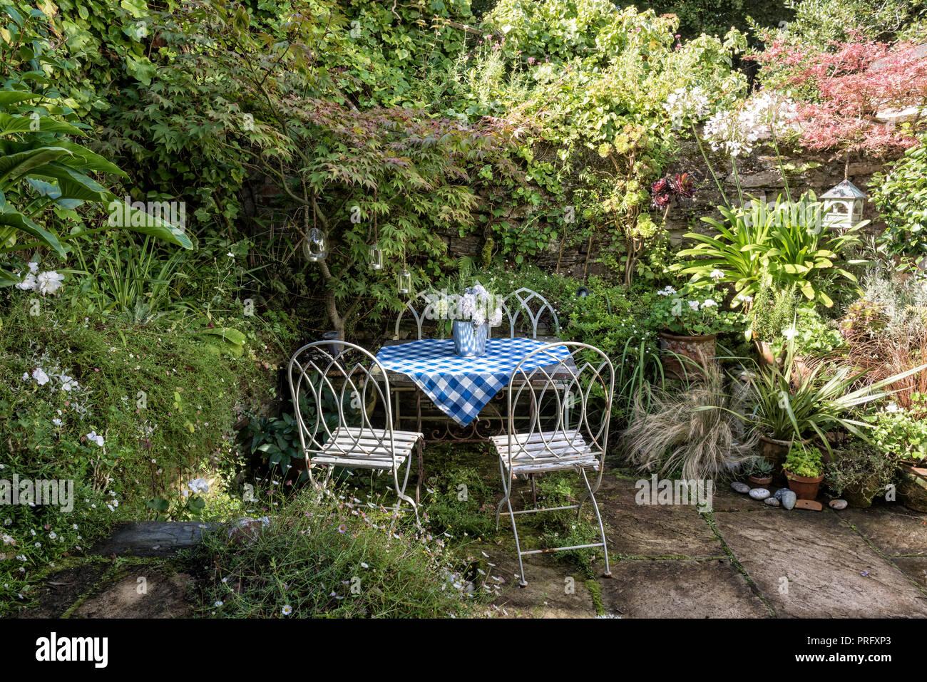 White mobili da giardino con blu tovaglia controllati, Devon Immagini Stock