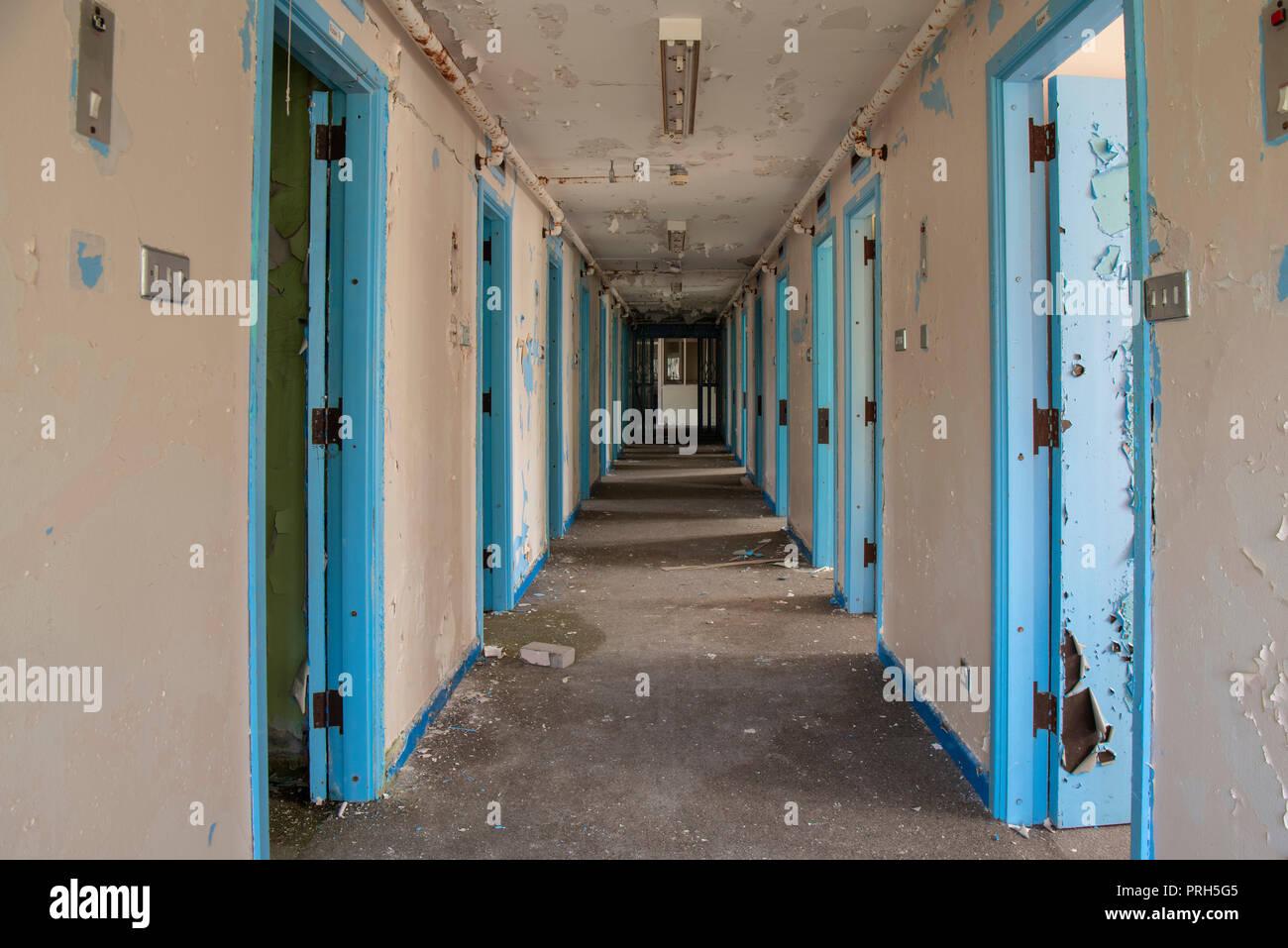 Il corridoio della cella di prigione porte all'interno di un carcere abbandonato. Immagini Stock