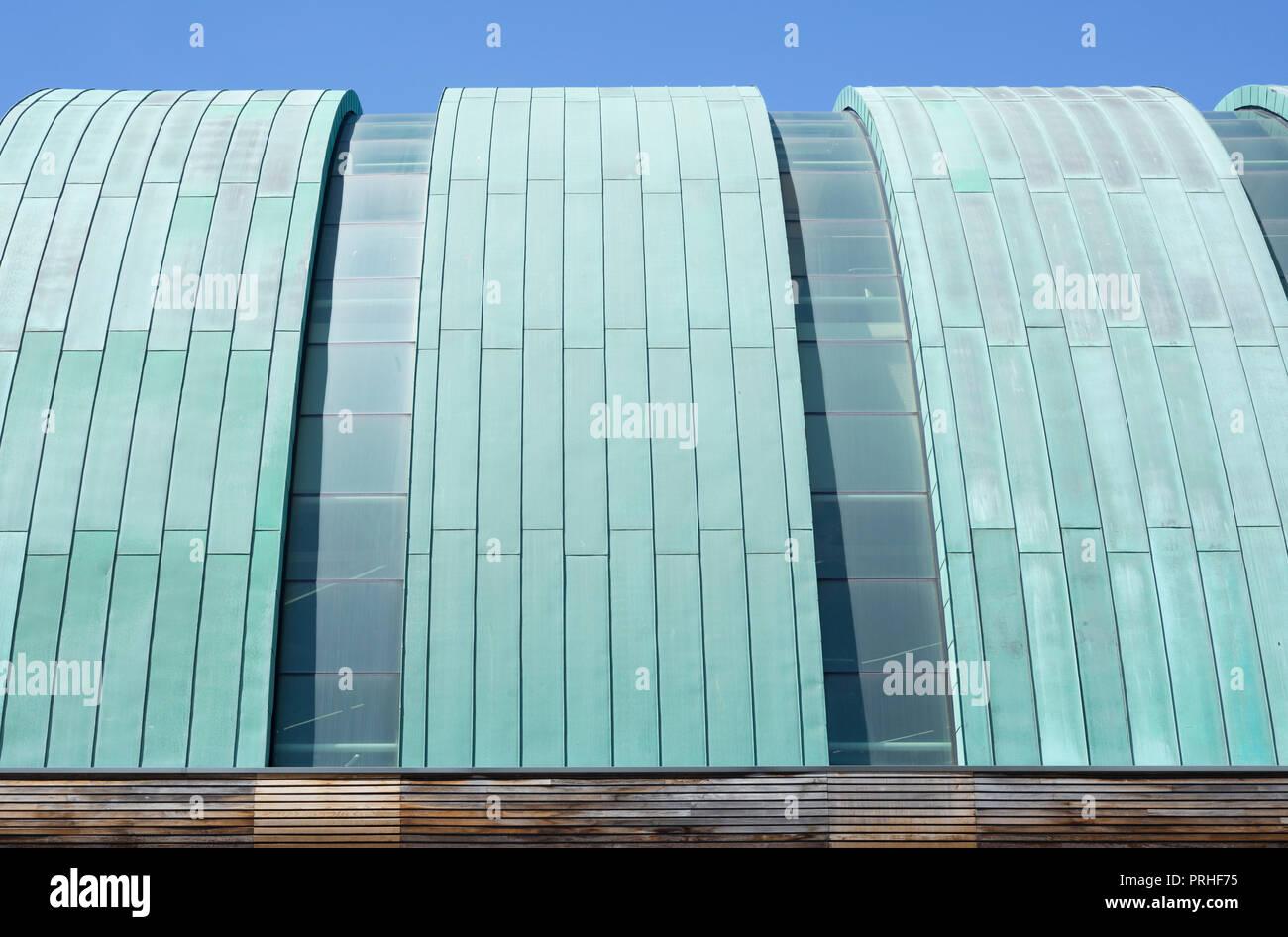 Metallo curvato-tetto rivestito di LC2 leisure center building, Swansea Immagini Stock