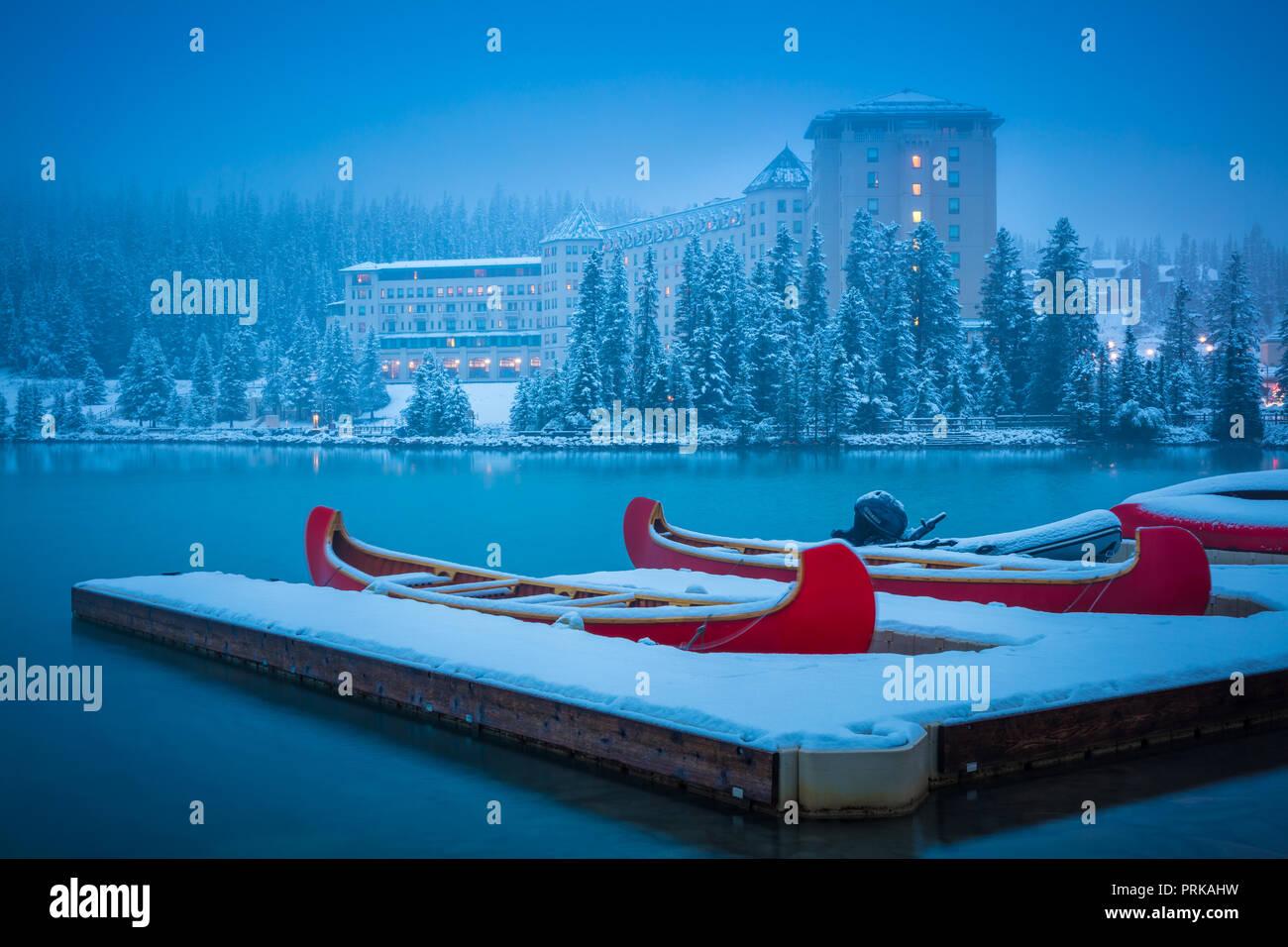 Il lago Louise è un lago glaciale entro il Banff National Park in Alberta, Canada. Immagini Stock