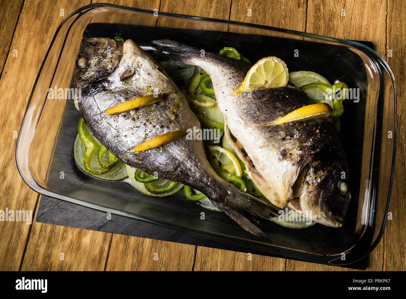 Due Dorada Pesce Cotto Al Forno Con Limone La Cipolla E Il Pimento