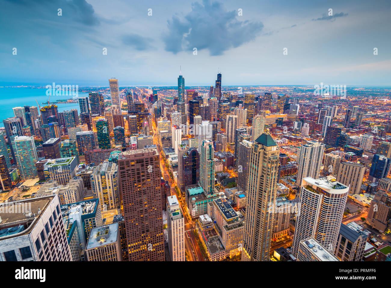 Chicago, Illinois USA lo skyline di antenna dopo il tramonto. Immagini Stock