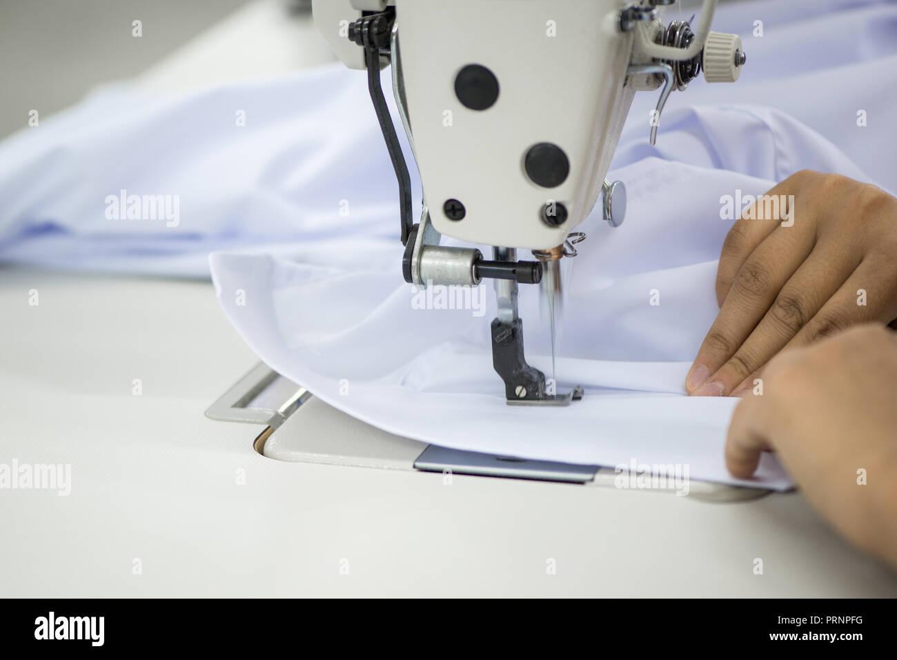 san francisco c448c 65fd0 Sarta su una macchina da cucire rende una camicia nel ...