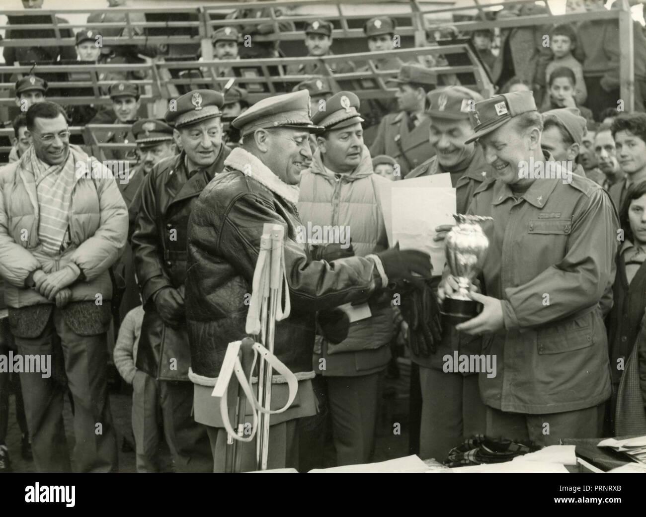 Guardia di Finanza in una competizione sportiva, Italia degli anni cinquanta Immagini Stock