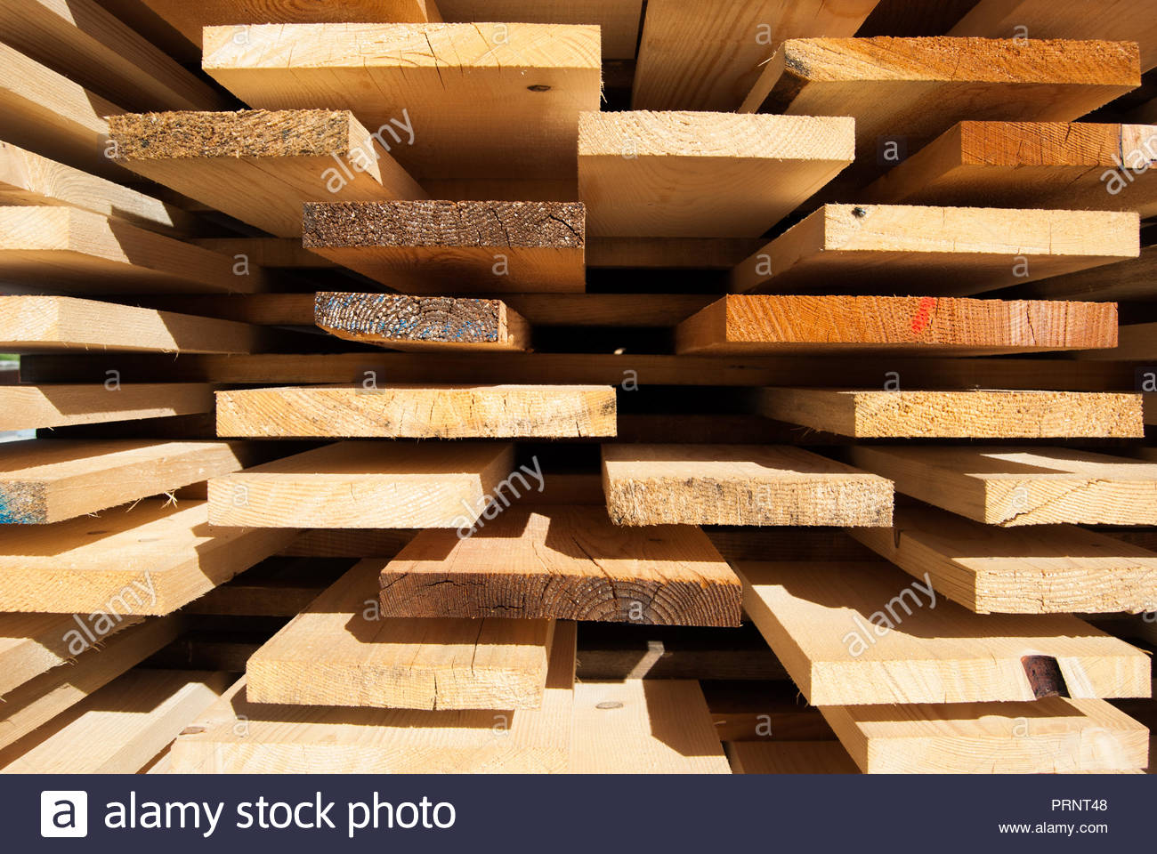 Tavole di legno grezzo ordinatamente disposte all\'aria aperta per l ...