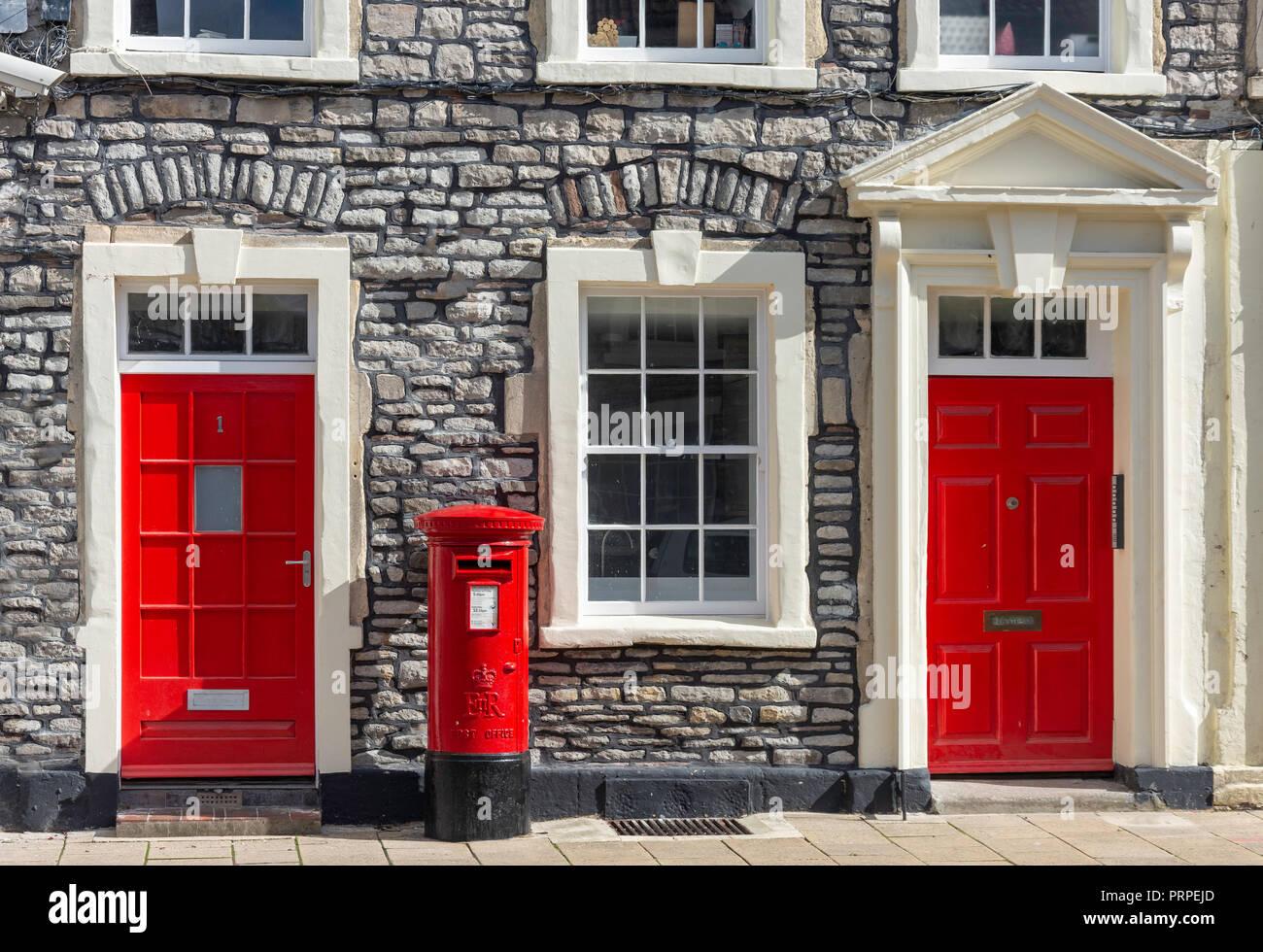 Periodo case con porte rosse e il pilastro box, Cavallo Street, Chipping Sodbury, Gloucestershire, England, Regno Unito Immagini Stock