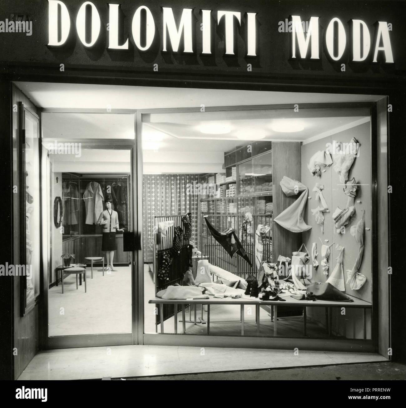 Le finestre del negozio Dolomiti Moda, Bolzano, Italia degli anni sessanta Immagini Stock