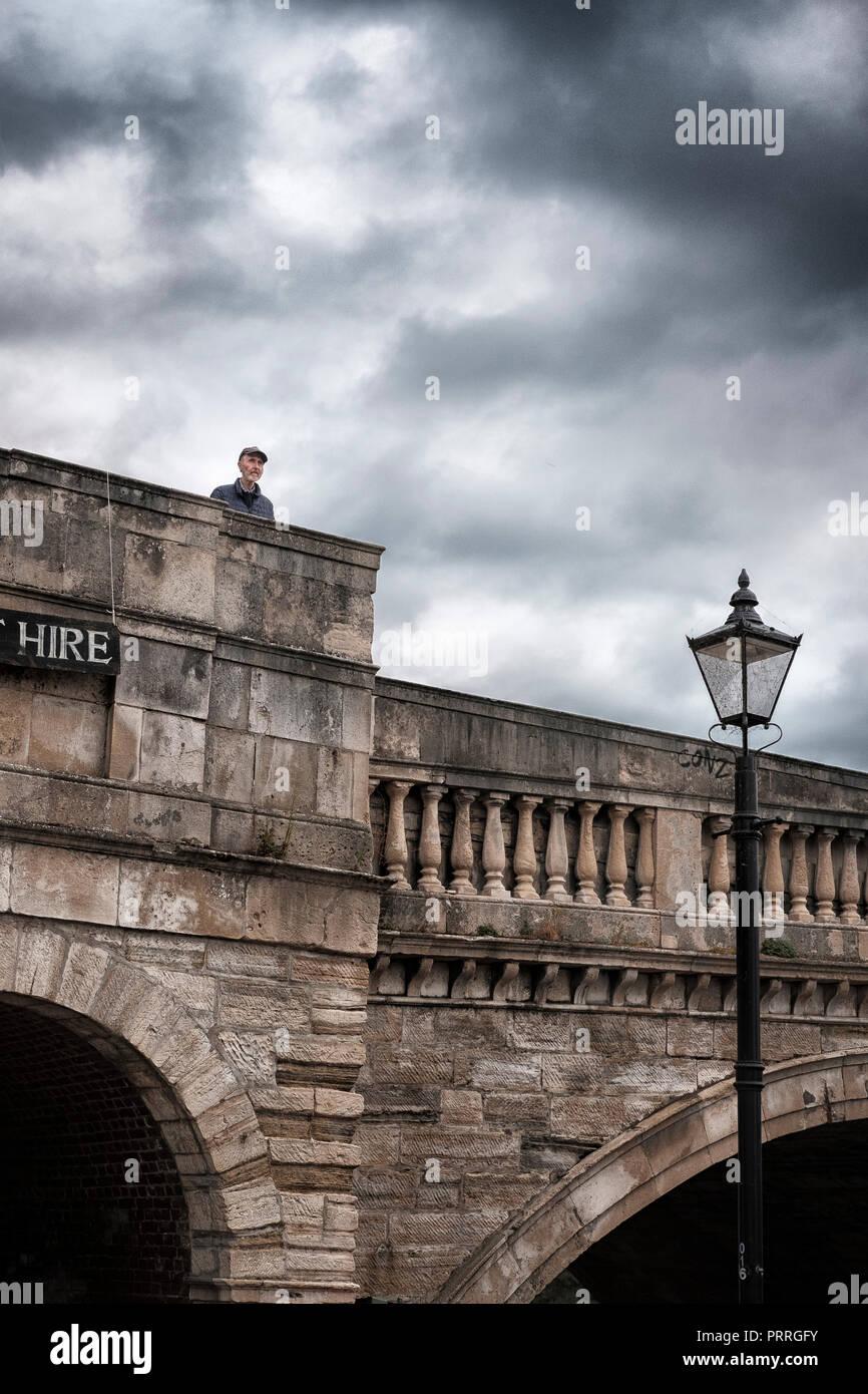 UK,Richmond Upon Thames,Surrey- pensieroso senior uomo su Richmond Bridge Immagini Stock