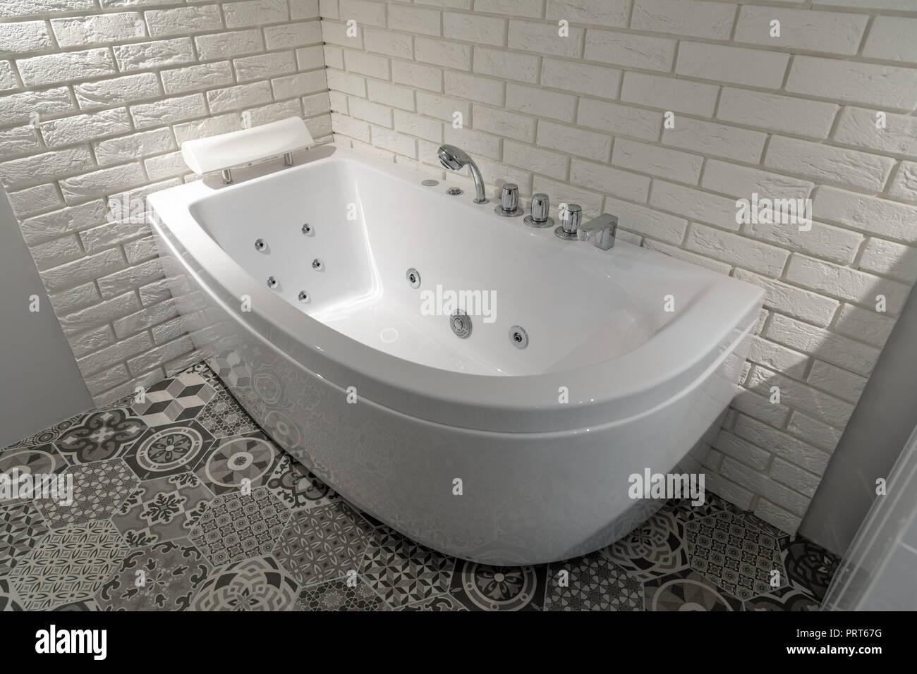 Domestico Moderno Bagno Interno Con Vasca Idromassaggio Foto