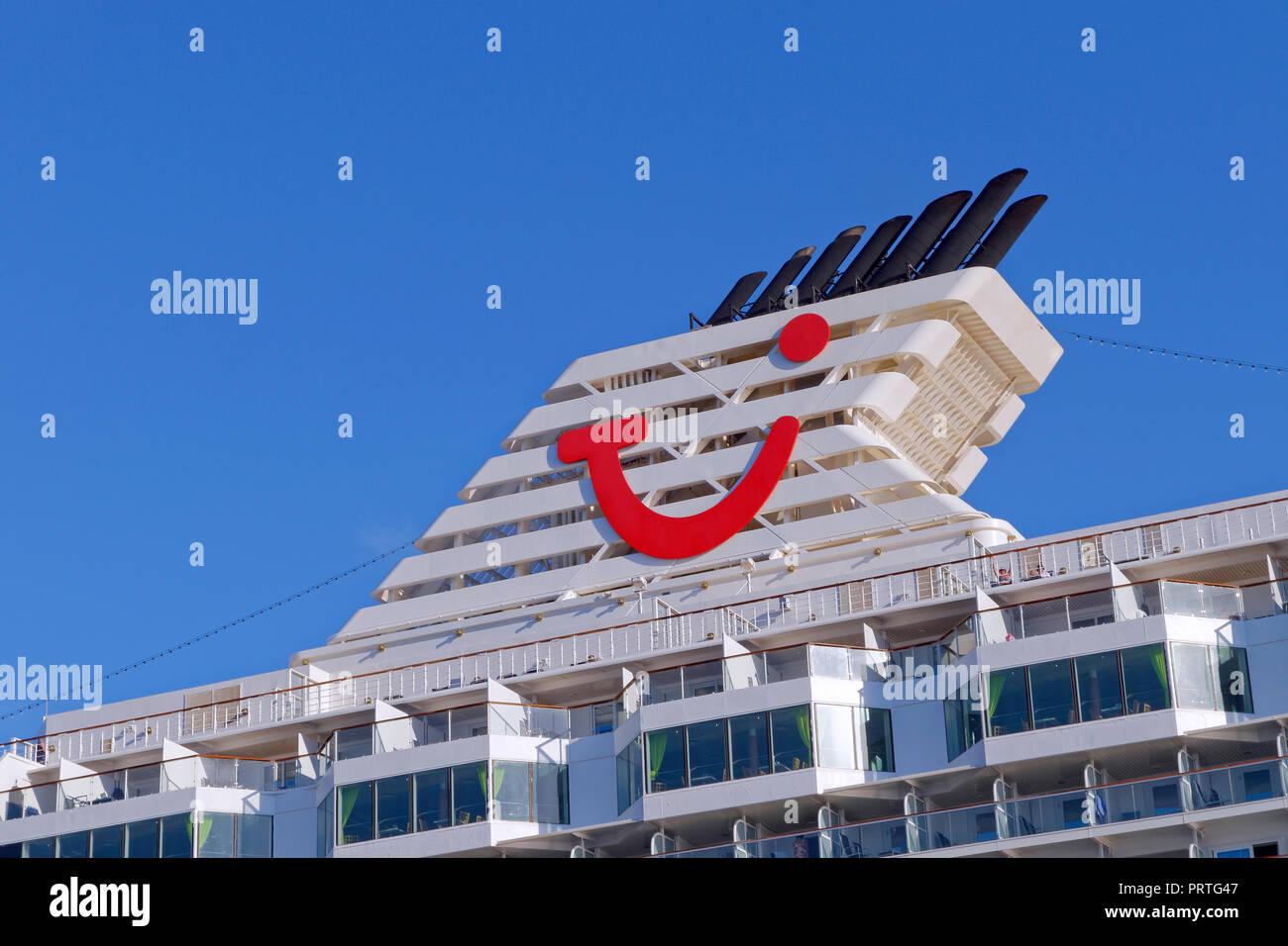 TUI Travel logo aziendale sulla struttura ad imbuto di TUI la nave di crociera. Immagini Stock