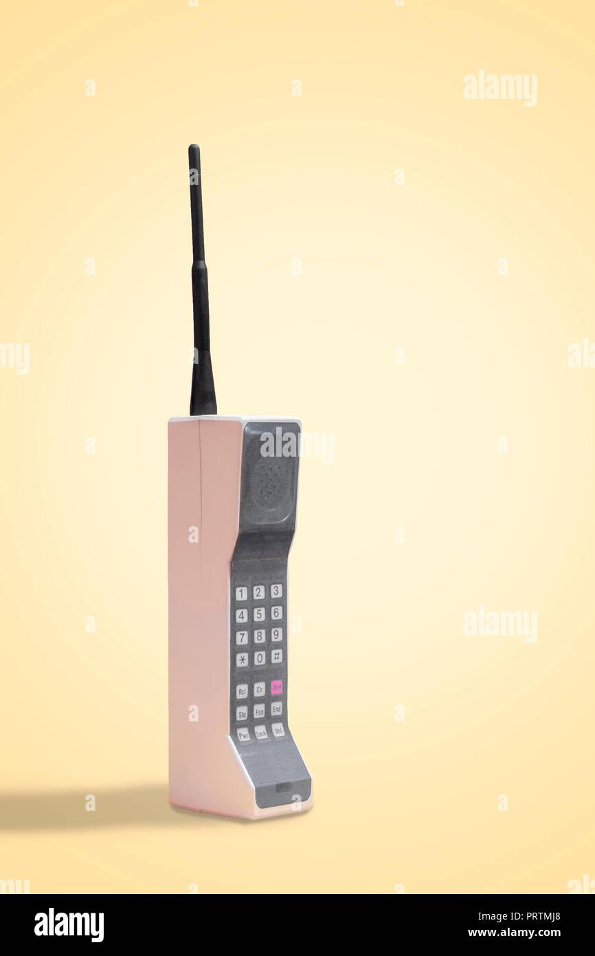 Retrò Telefono Cellulare Su Un Vintage Sfondo Giallo Con Spazio Per