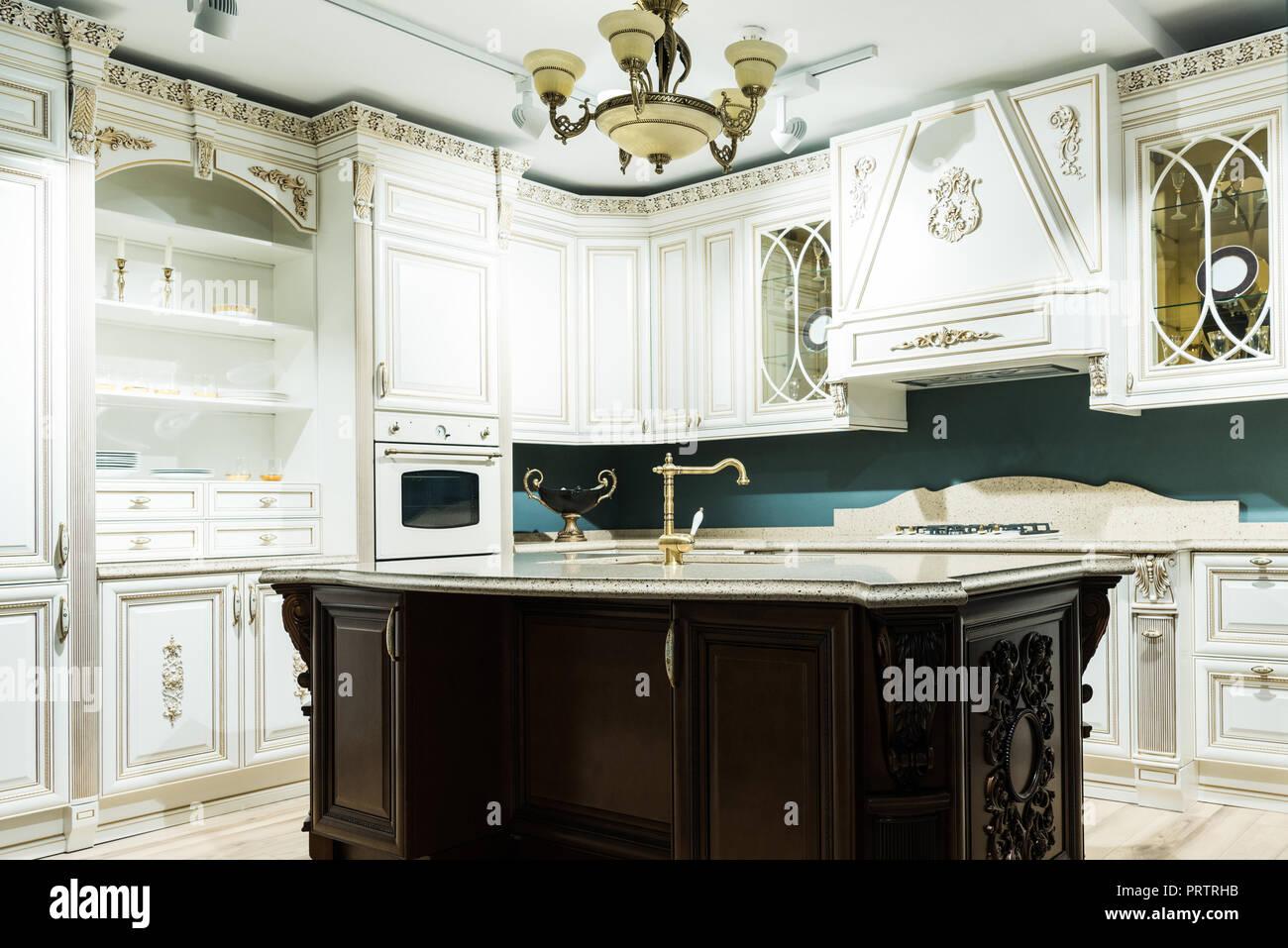 Interno della cucina moderna con comodi arredi in legno in stile ...