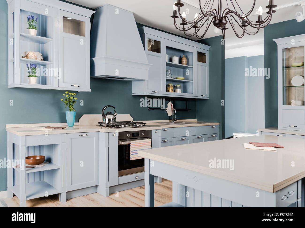 Mobili In Legno Bianco : Interno della moderna cucina luminosa con mobili in legno bianco