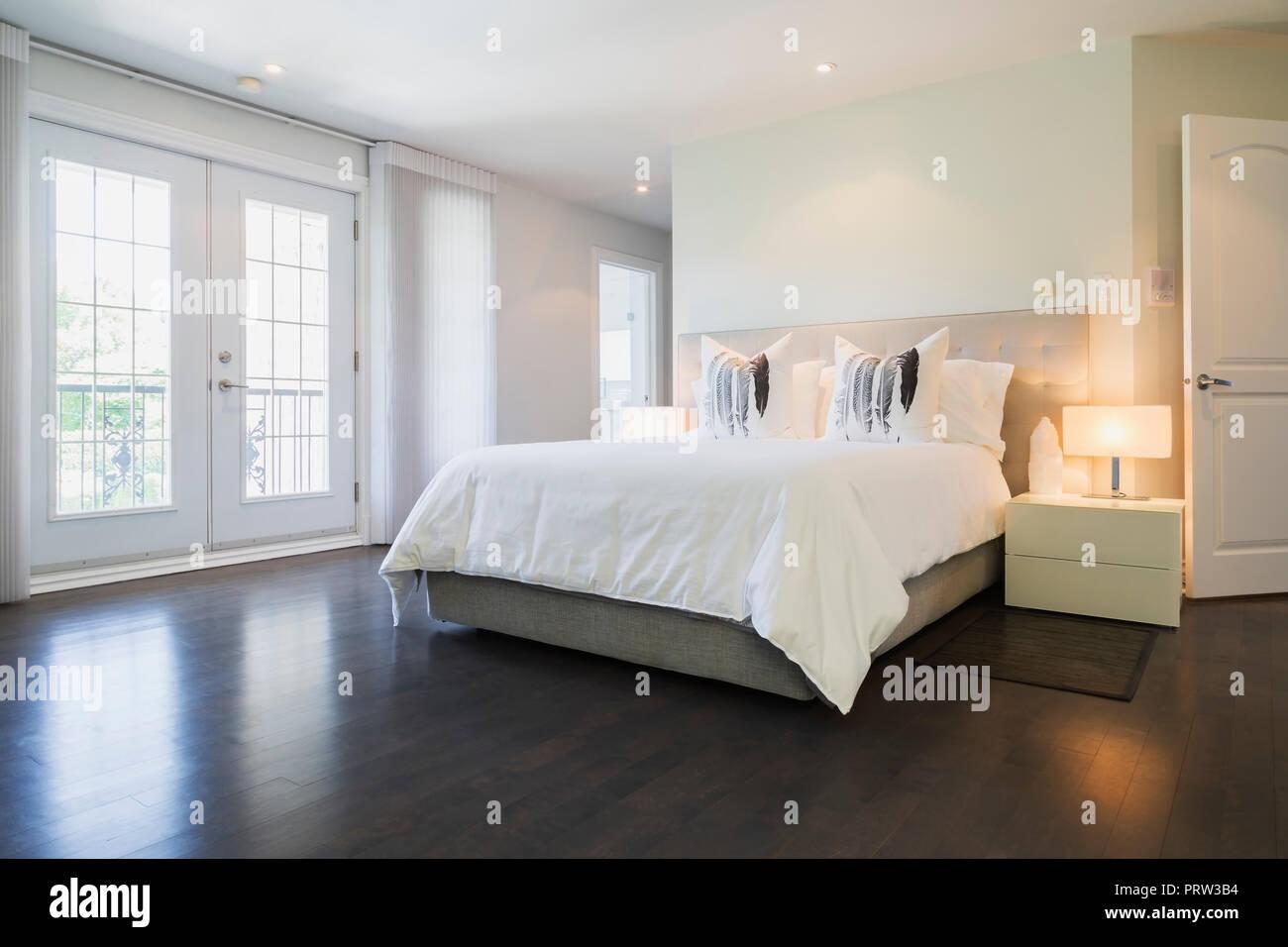 La camera da letto principale con letto queen size e di pavimenti