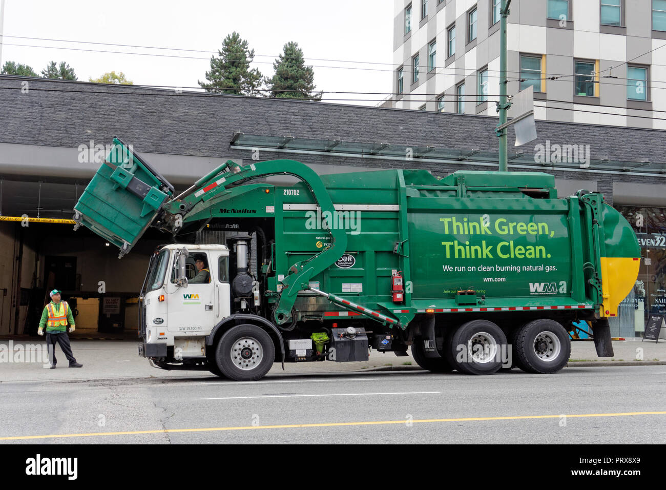 Verde energia pulita la gestione dei rifiuti camion della spazzatura il sollevamento di un cassonetto, Vancouver, BC, Canada Immagini Stock