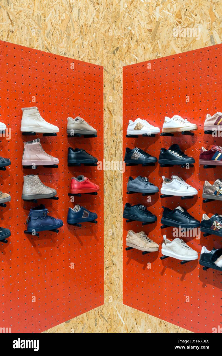 14b9ad7ead114 Display con Sneakers sugli scaffali in negozio di calzature Immagini Stock