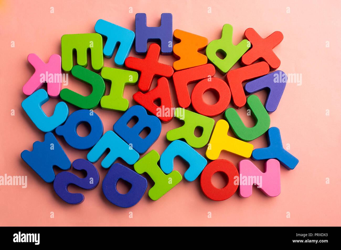 Lettere Di Legno Colorate : Colorate le lettere dell alfabeto di legno foto & immagine stock