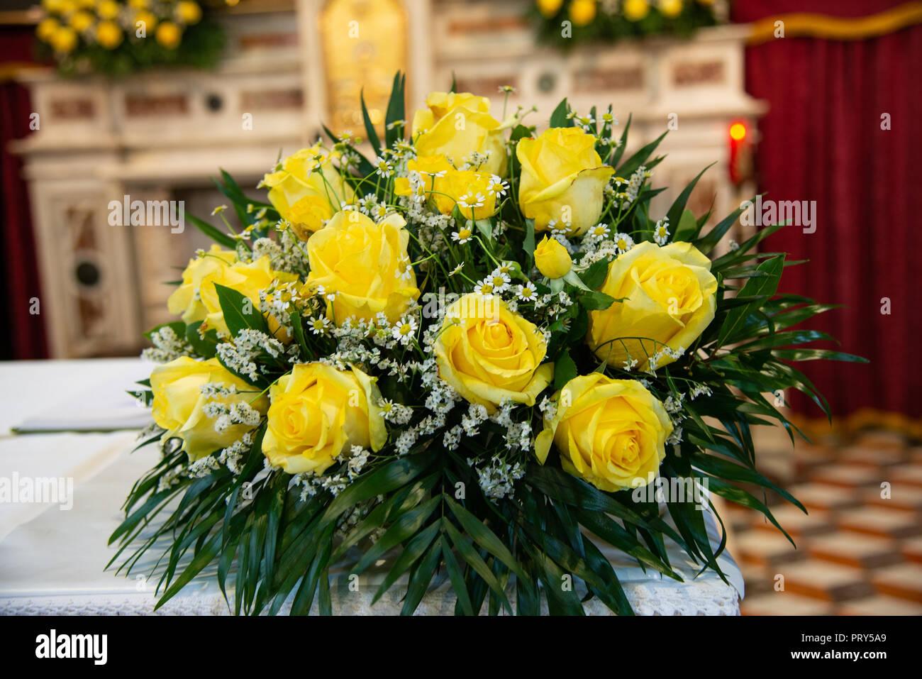 Fiori Gialli Per Matrimonio.Mazzo Di Rose Giallo Fiori E Gypsophila Il Fiore Nella Nebbia O