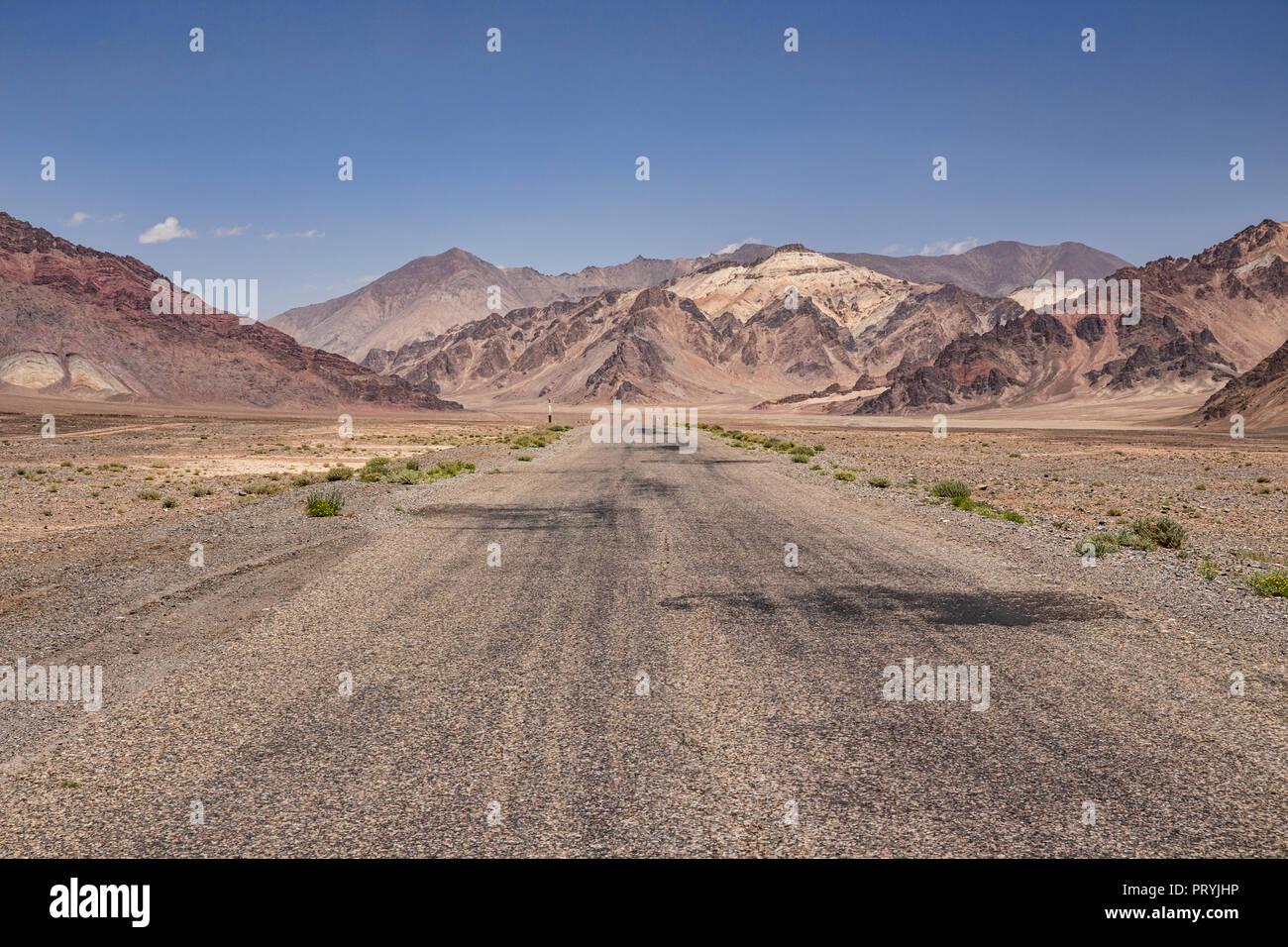 Immagine centrata di una sezione distributore di Pamir Highway, Gorno-Badakhshan Regione autonoma, Tagikistan. Immagini Stock