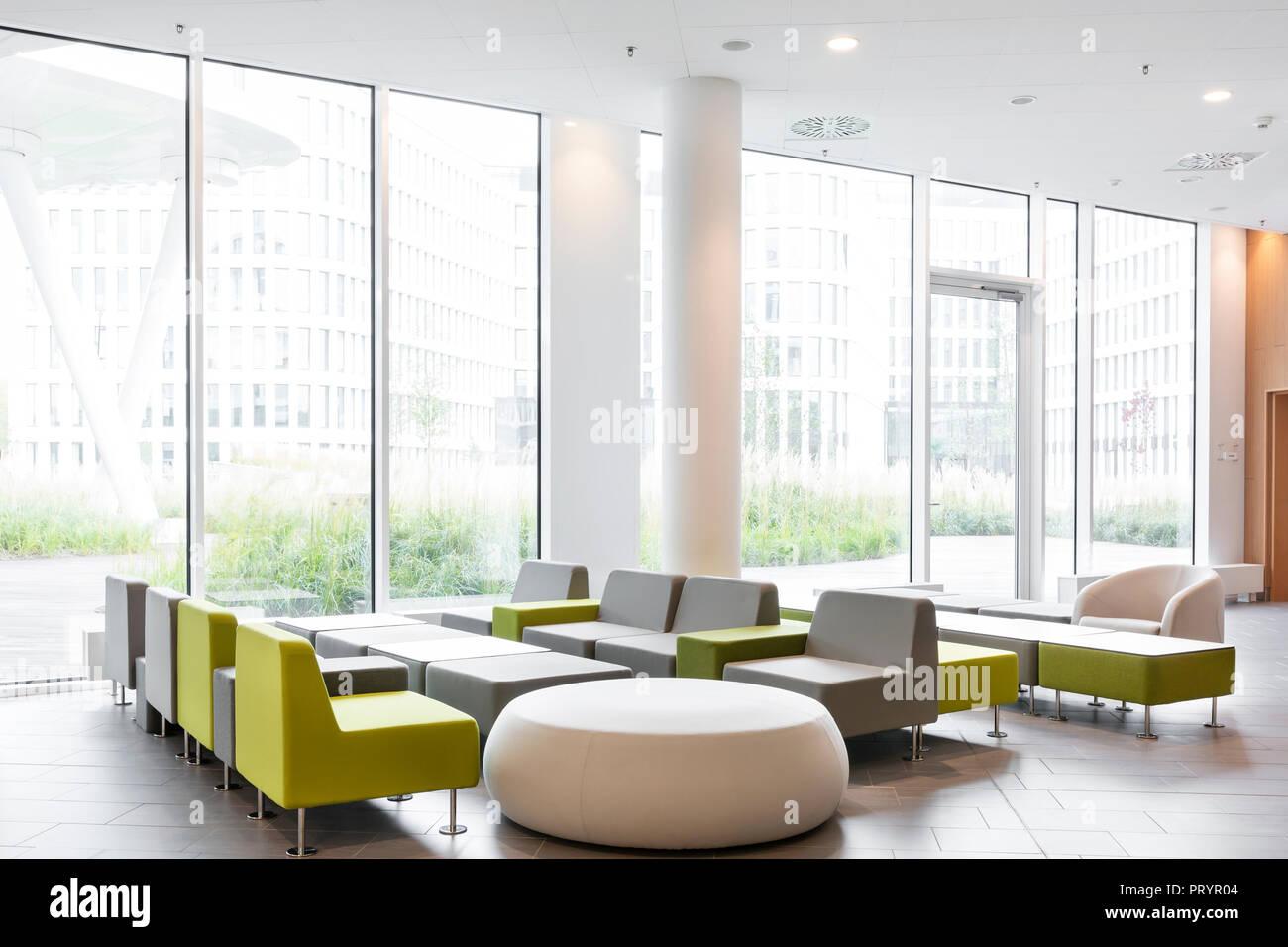 Polonia - Varsavia, mobili per sedersi sedia girevole a lounge dell'hotel Immagini Stock