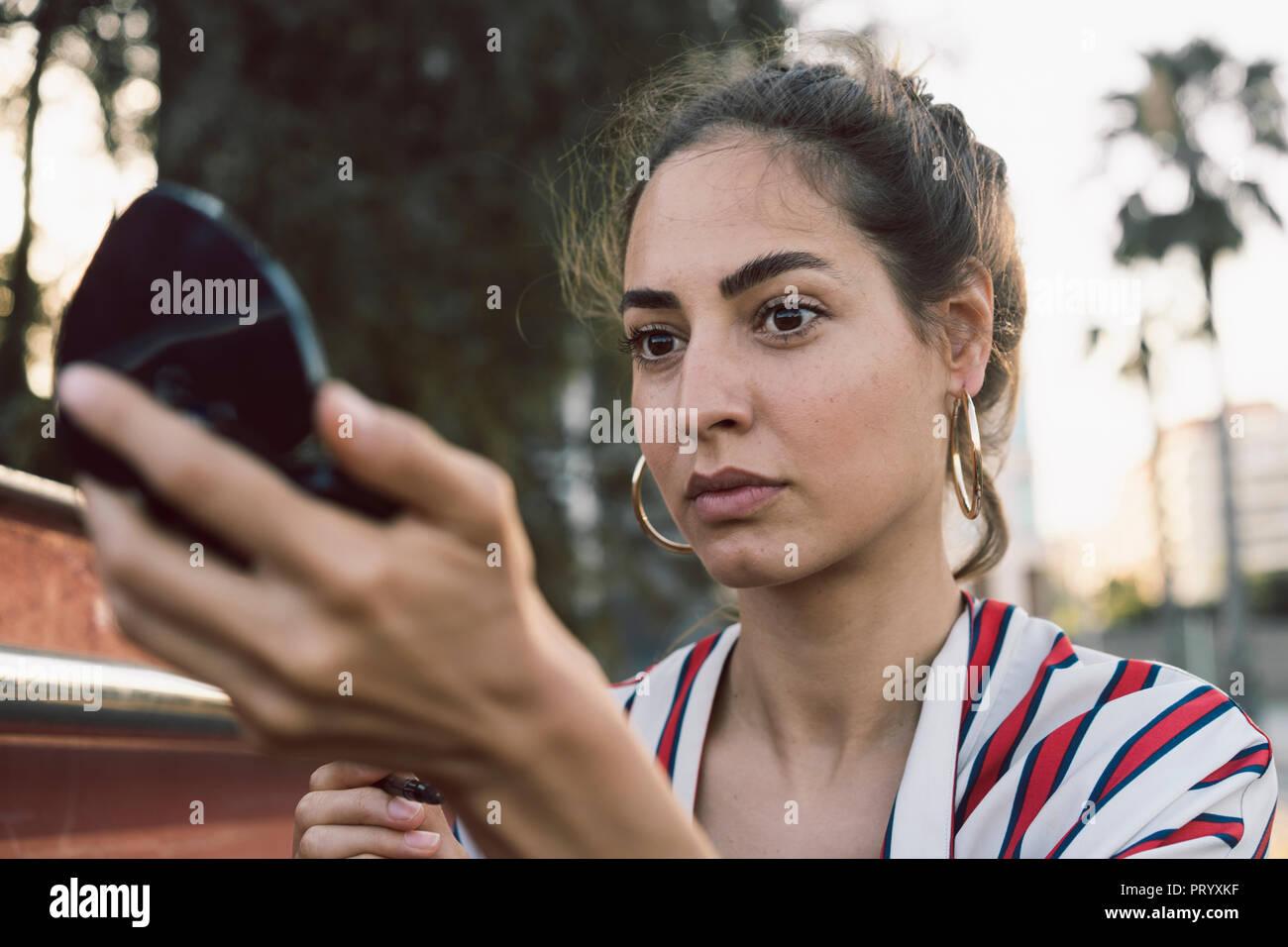 Ritratto di donna guardando lo specchio a mano Immagini Stock