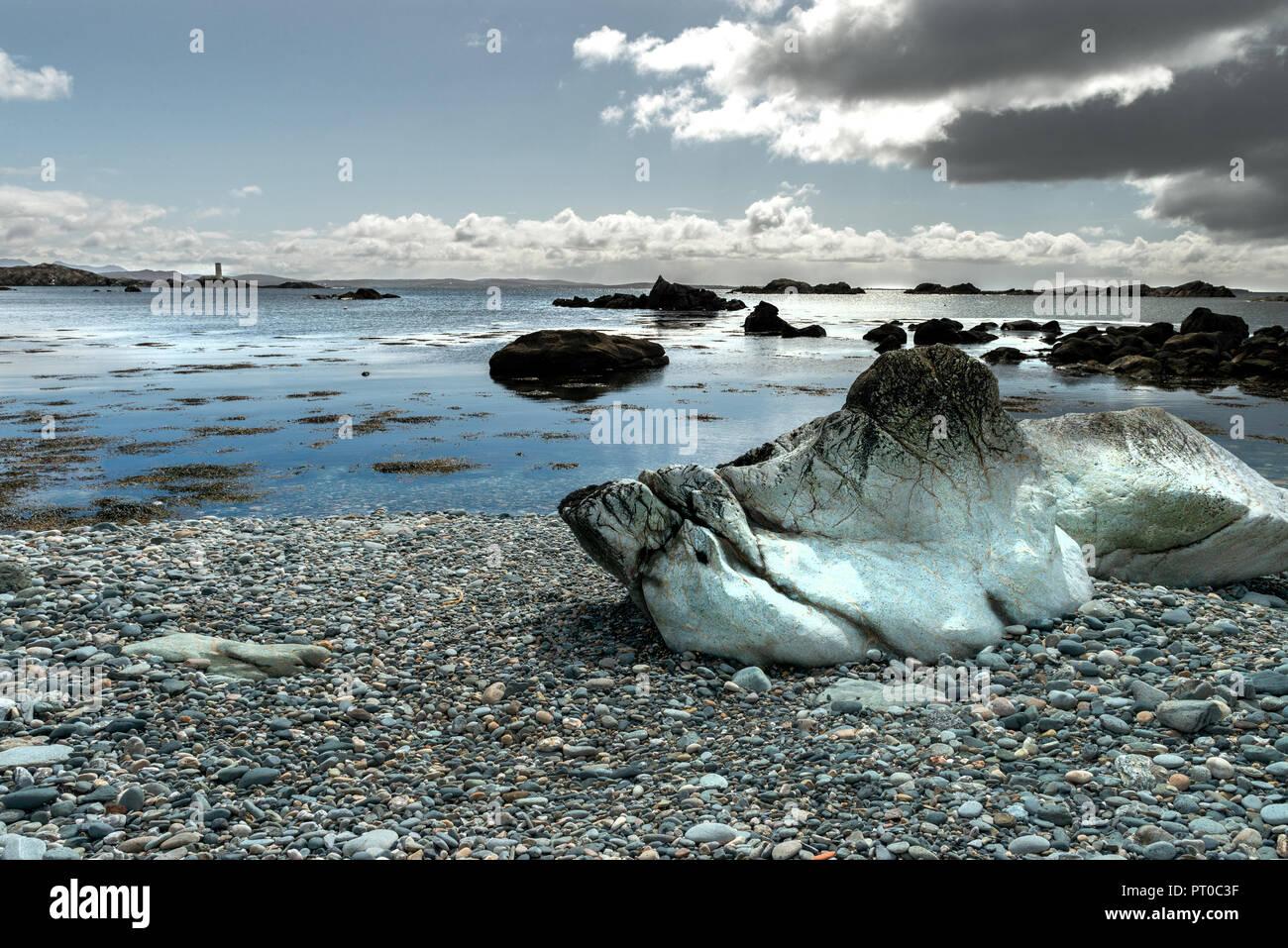 La formazione di pietra su una spiaggia, Irlanda, Connemara, Inishboffin isola, Inis Bo Finne (Isola della vacca Bianca) giace a sette miglia fuori della Galway Coast. Immagini Stock