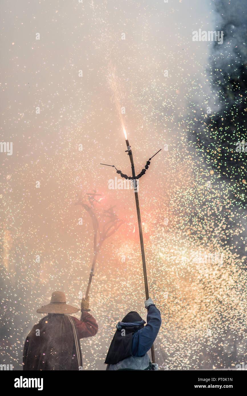 Prestazioni Correfoc entro il Vilanova i la Geltru' estate Festa Major celebrazione. Immagini Stock
