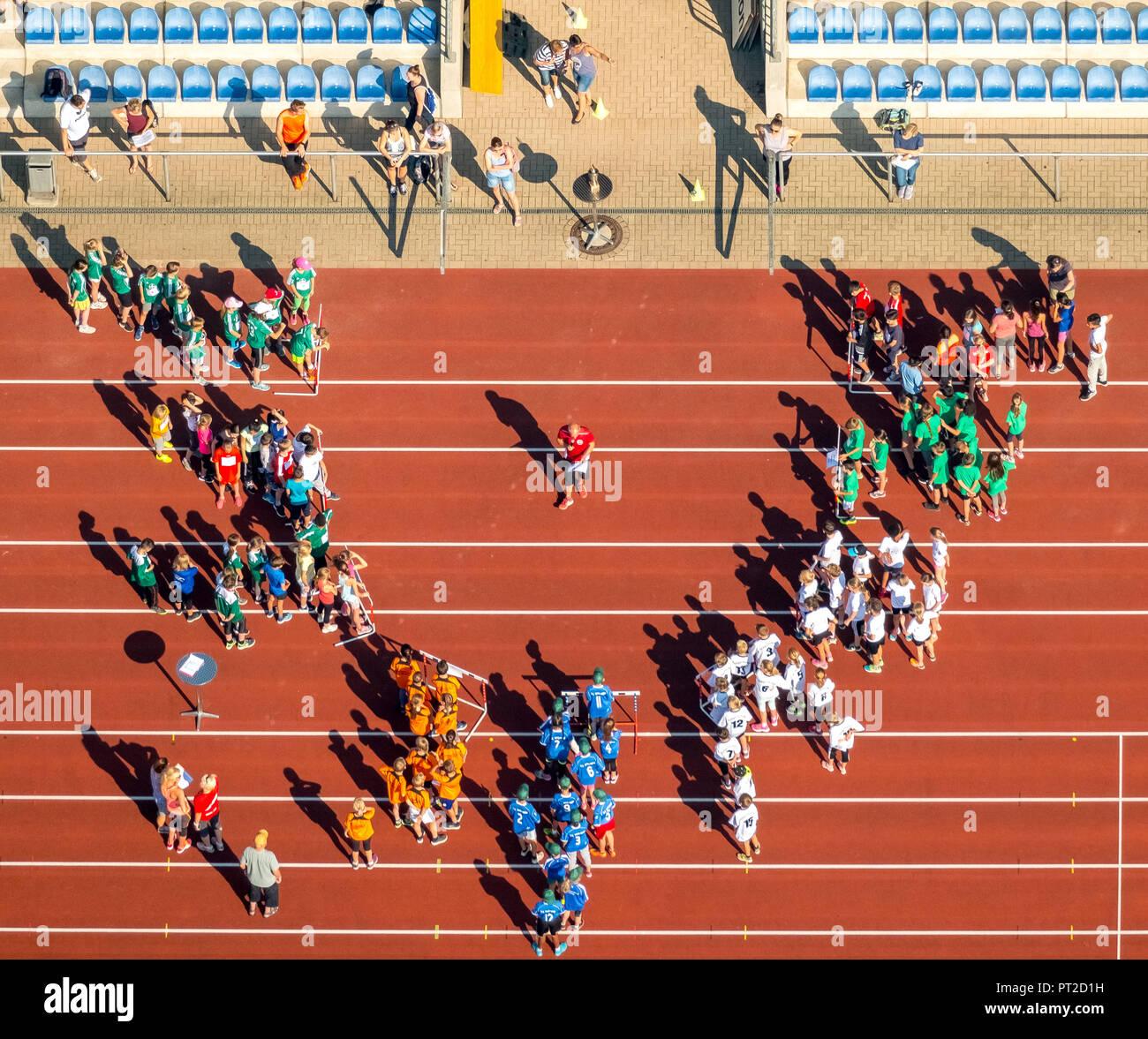Concorsi e organizzatore annuncio sulla pista rossa in Jahnstadion Bottrop, Bundesjugendspiele, Bottrop, la zona della Ruhr, Nord Reno-Westfalia, Germania Immagini Stock