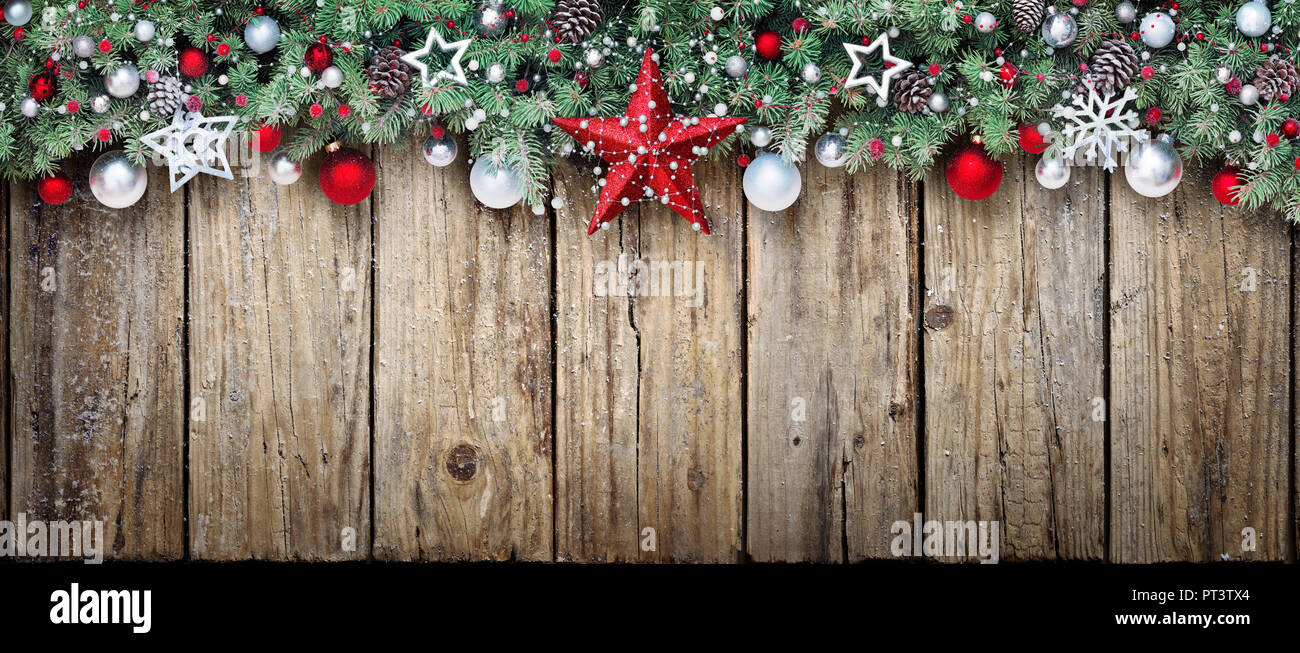 Decorazioni In Legno Per Albero Di Natale : Decorazione per albero di natale con rami di abete su legno