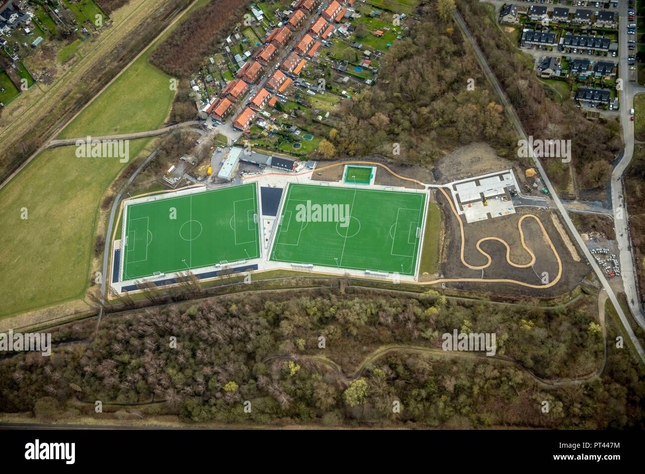 Nuovo impianto sportivo con campo di calcio, tappeto erboso artificiale e pista da jogging del DJK Essen-Katernberg 1919 eV a Meerbruchstraße, Essen, la zona della Ruhr, Nord Reno-Westfalia, Germania Immagini Stock