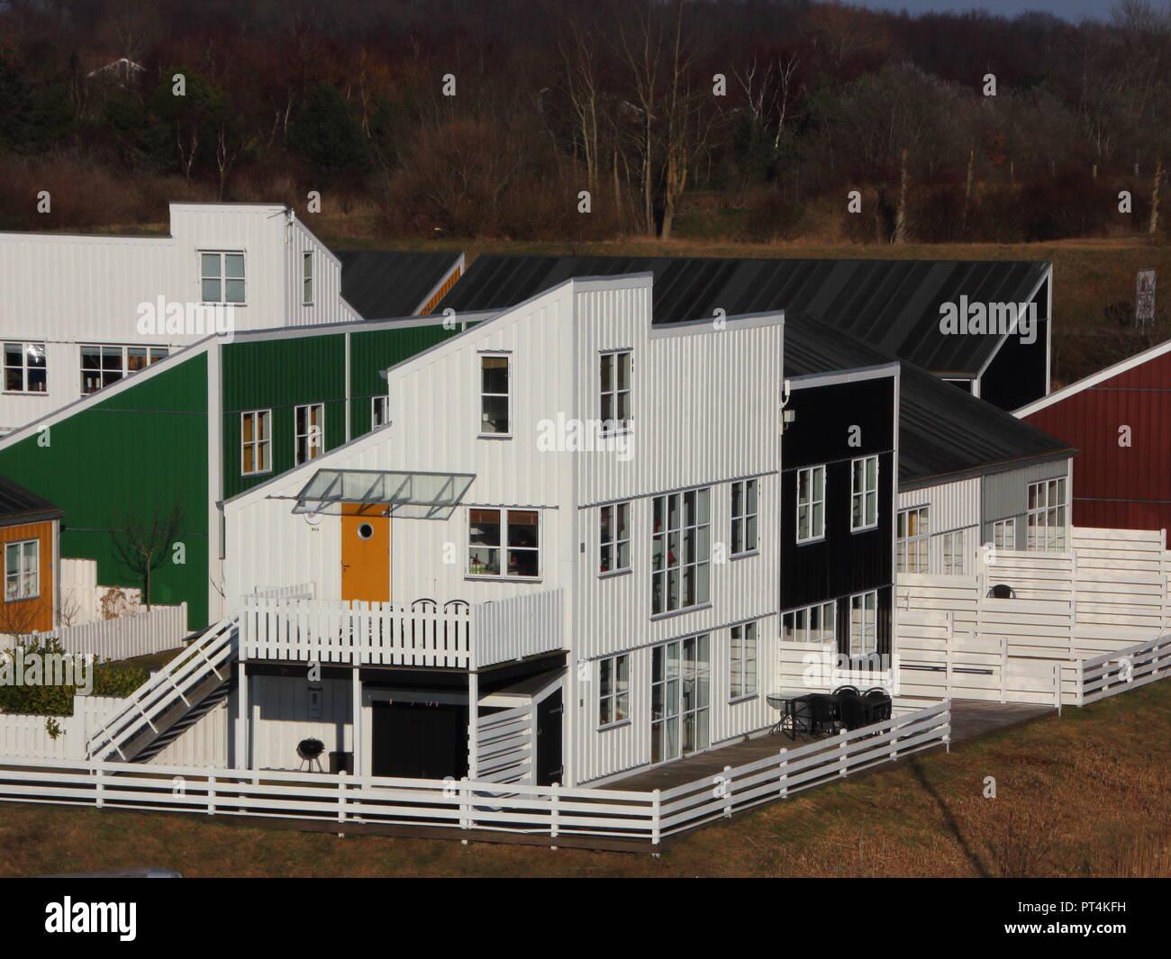 Recinzioni Per Case Di Montagna colorate case di legno con il bianco recinzioni in