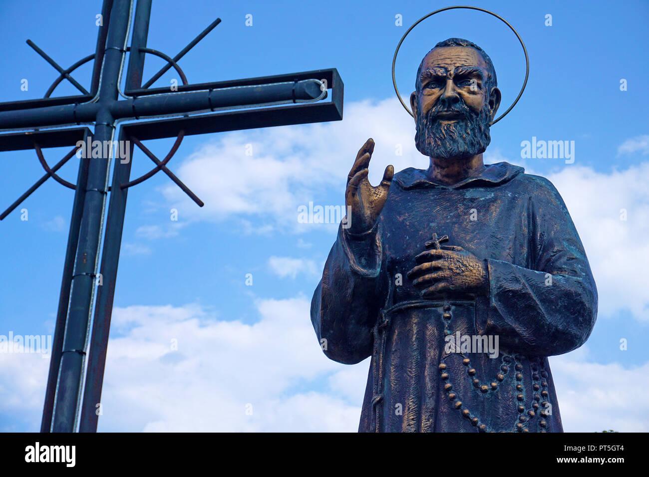Statuel in bronzo in onore di Padre Pio a Aci Trezza, comune di Aci Castello, Catania, Sicilia, Italia Immagini Stock