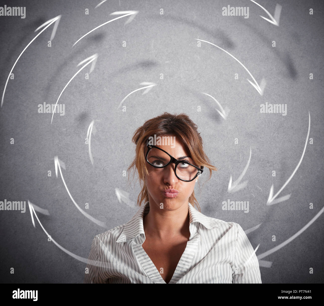 Confuso imprenditrice ha le vertigini. Concetto di stress e superlavoro Immagini Stock