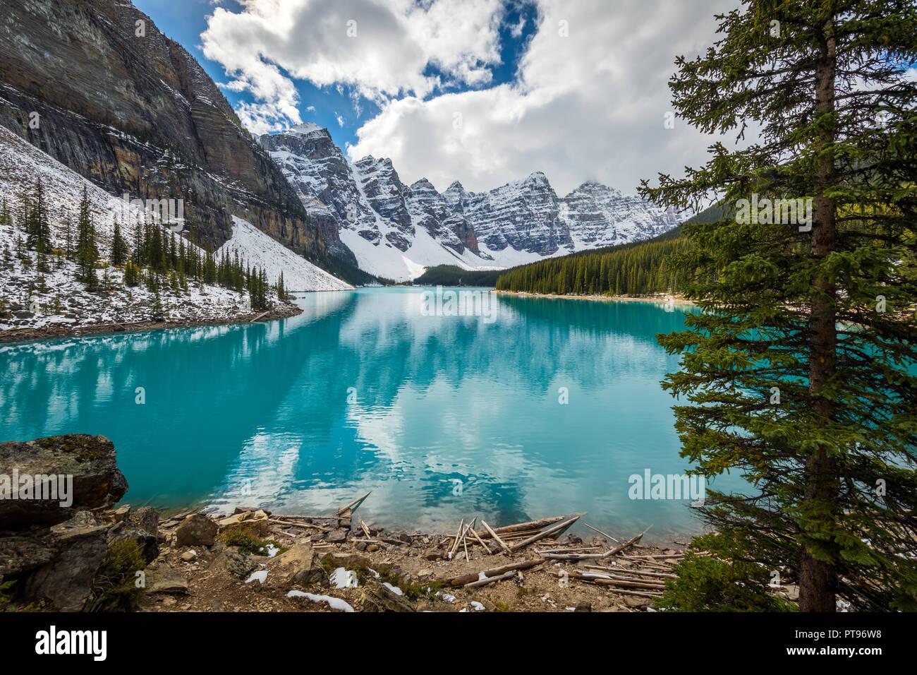 Il Moraine Lake è un glacially lago alimentato nel Parco Nazionale di Banff, 14 chilometri (8,7 mi) al di fuori del Villaggio di Lake Louise, Alberta, Canada. Immagini Stock