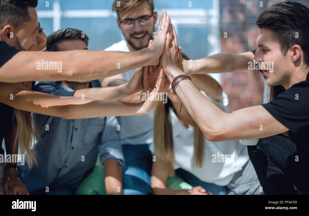 Creative team aziendale che mostra la loro unità Immagini Stock